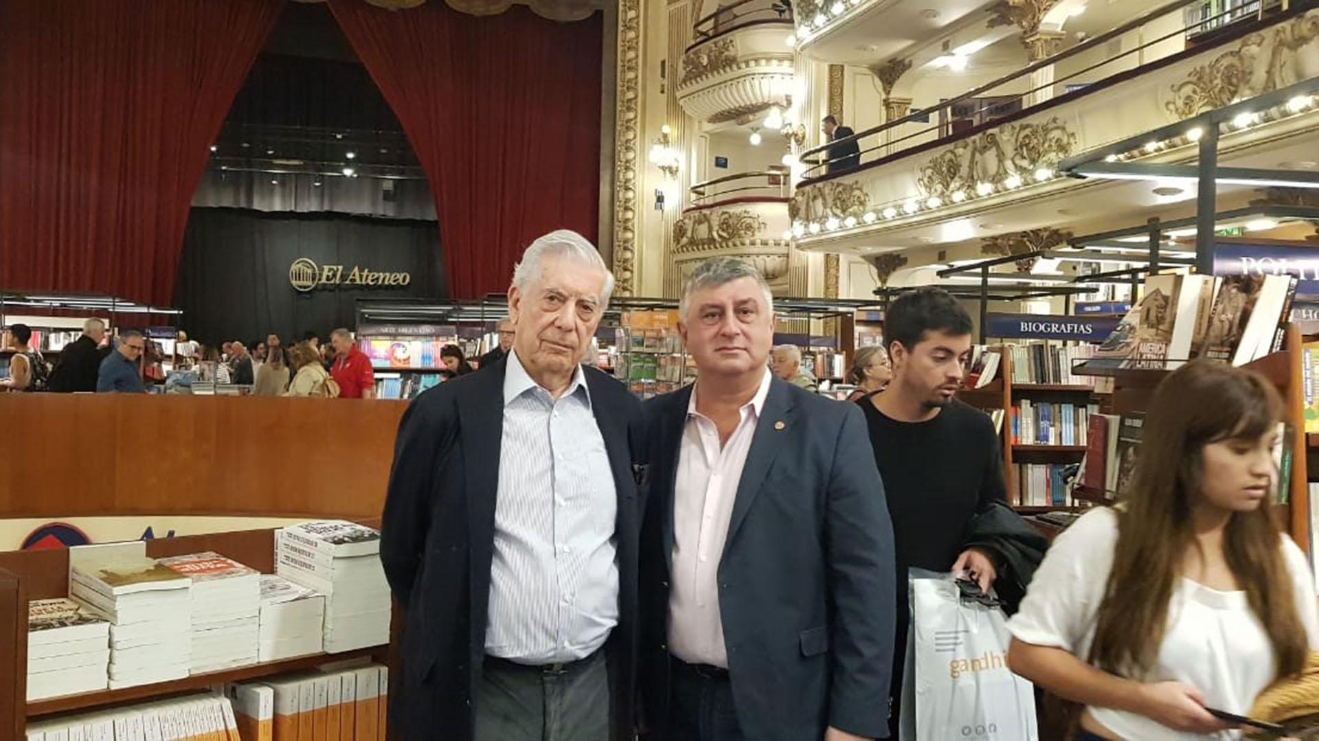 Junto a su amigo Gerardo Bongiovanni, el escritor peruano cumplió esta mañana con uno de sus ritos porteños