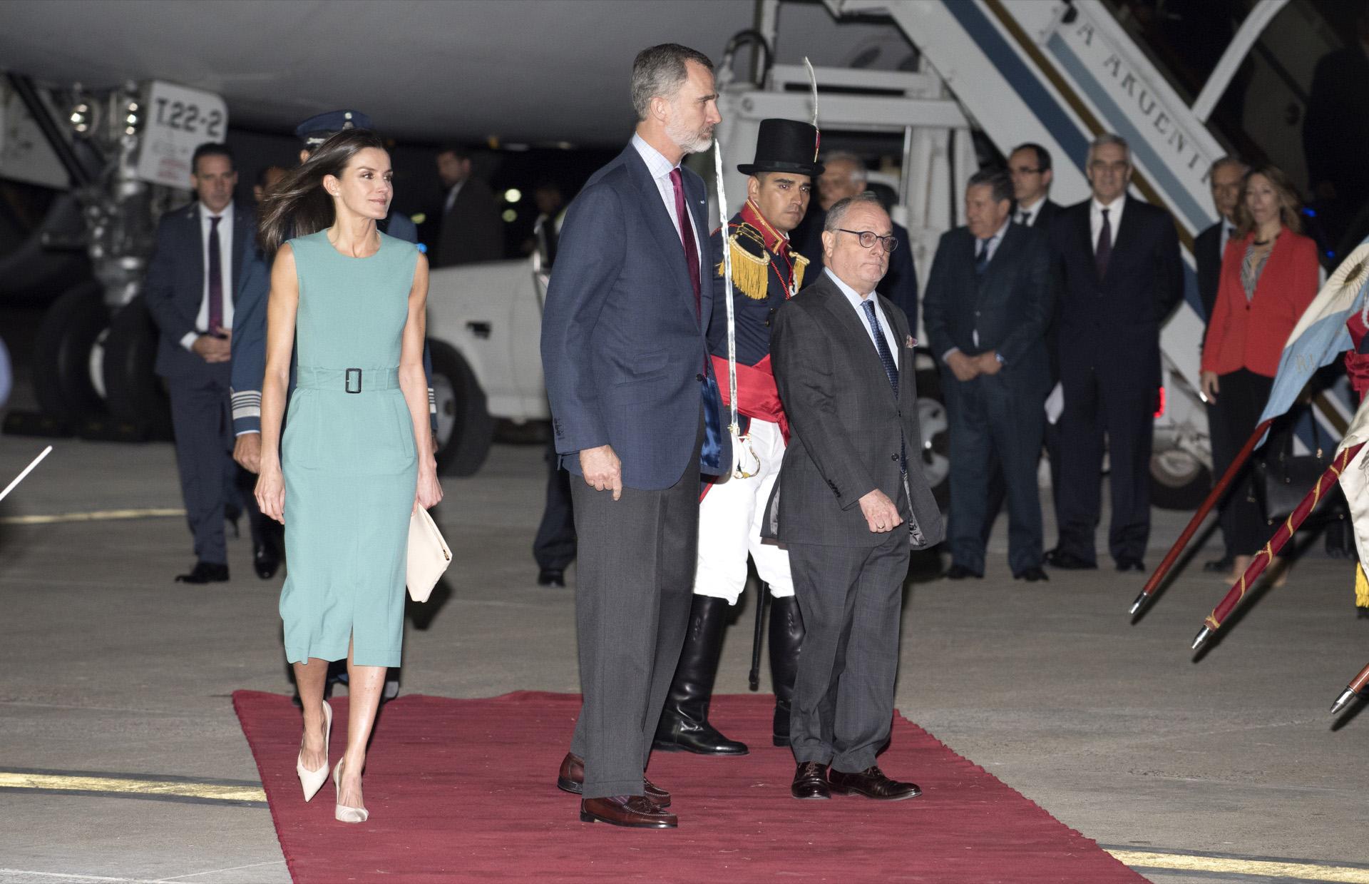 Letizia aterrizó en Buenos Aires con un diseño verde agua de Hugo Boss.