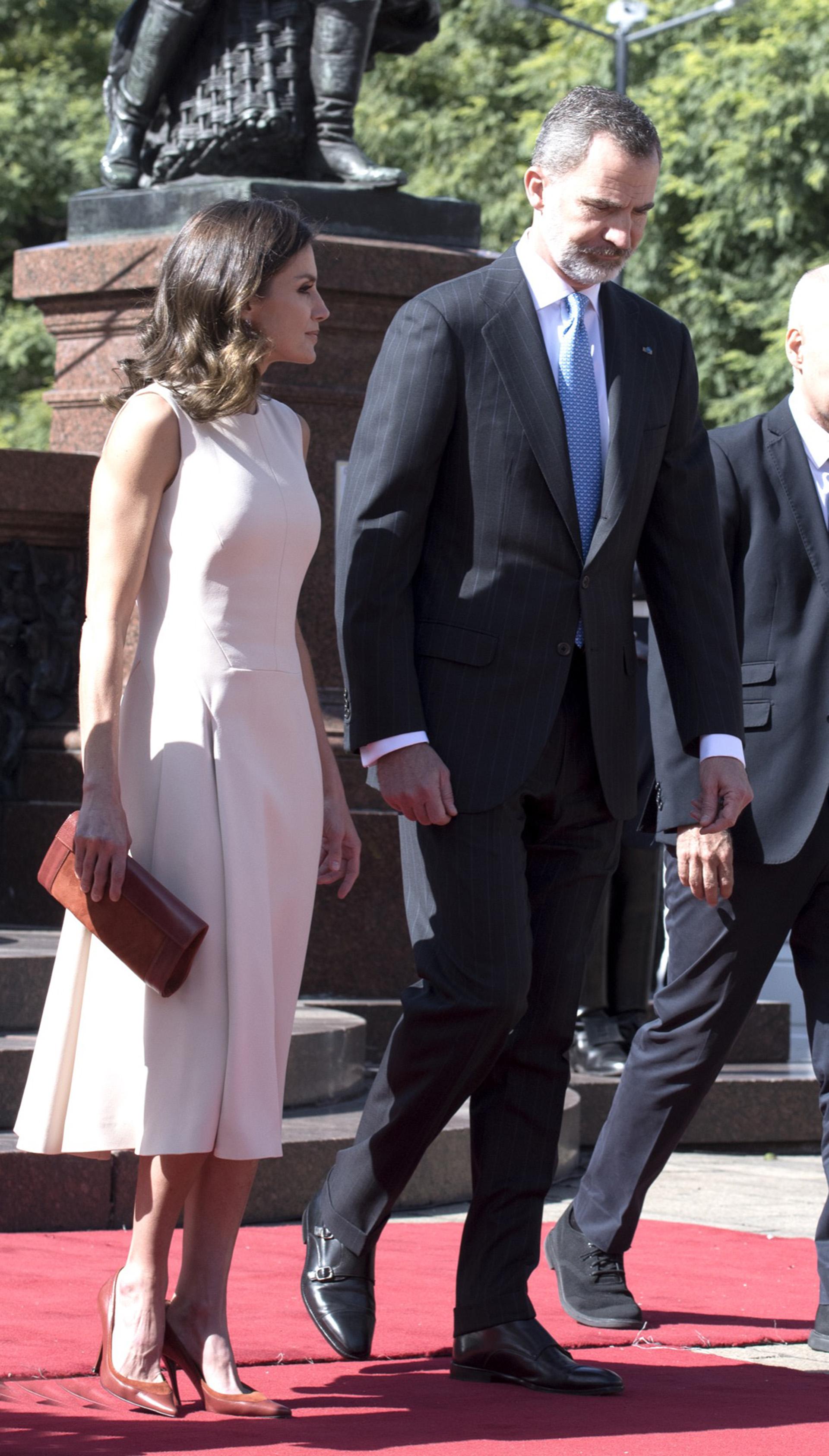 Para el primer encuentro con Mauricio Macri y Juliana Awada, Letizia eligió vestirse de color tiza.