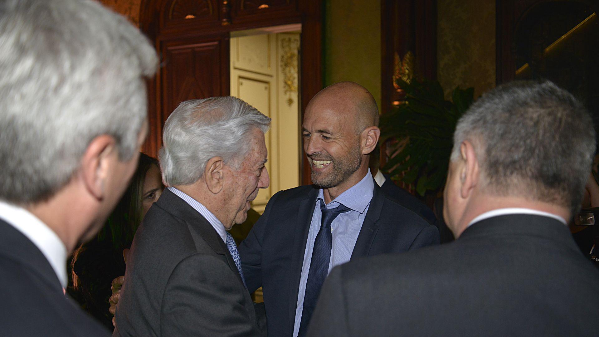 El saludo entre Mario Vargas Llosa y el ministro de Transporte, Guillermo Dietrich