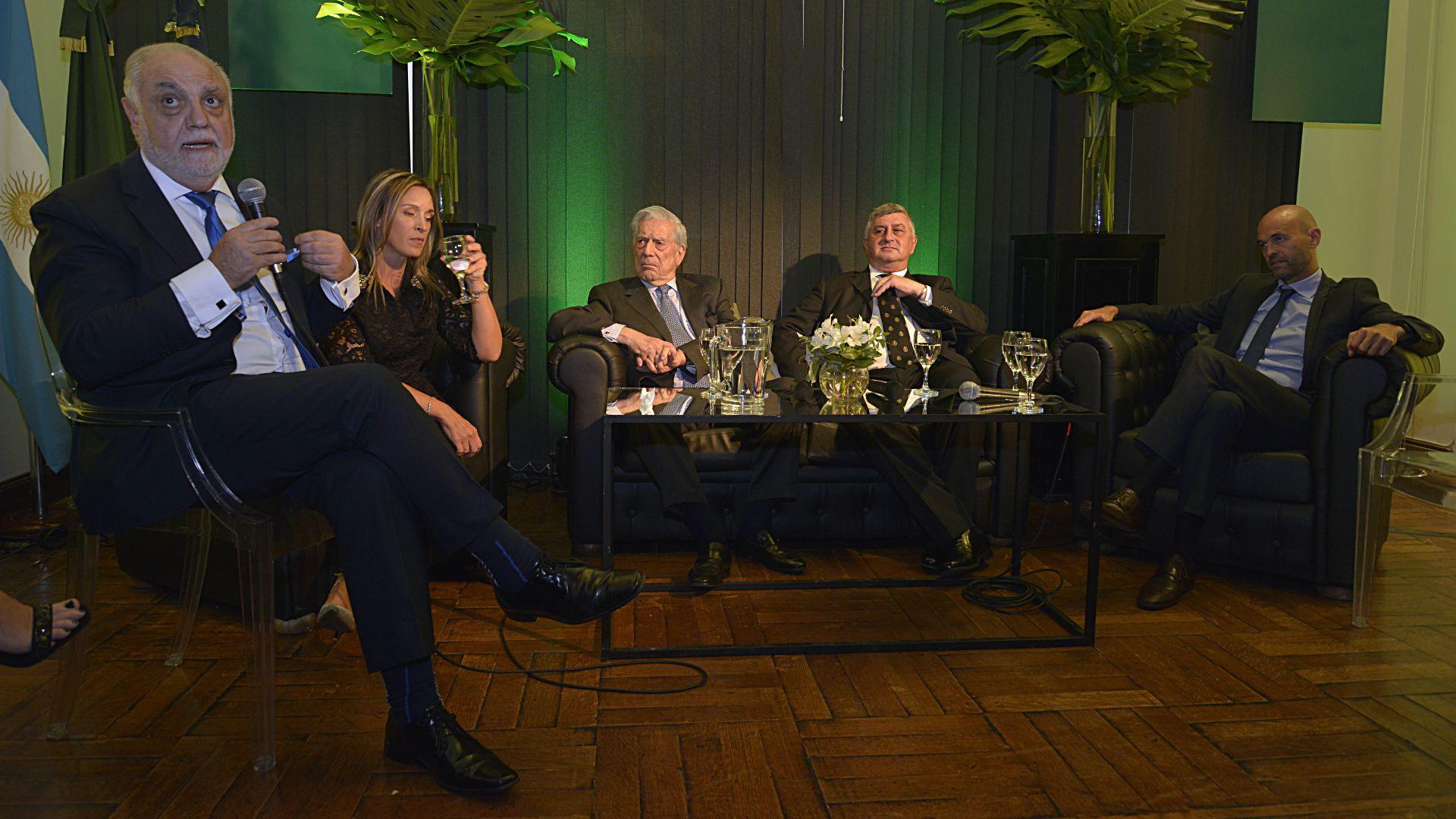 Juan Carlos Rabbat, presidente de la Universidad Siglo 21, formulando una de las preguntas para el Premio Nobel de Literatura