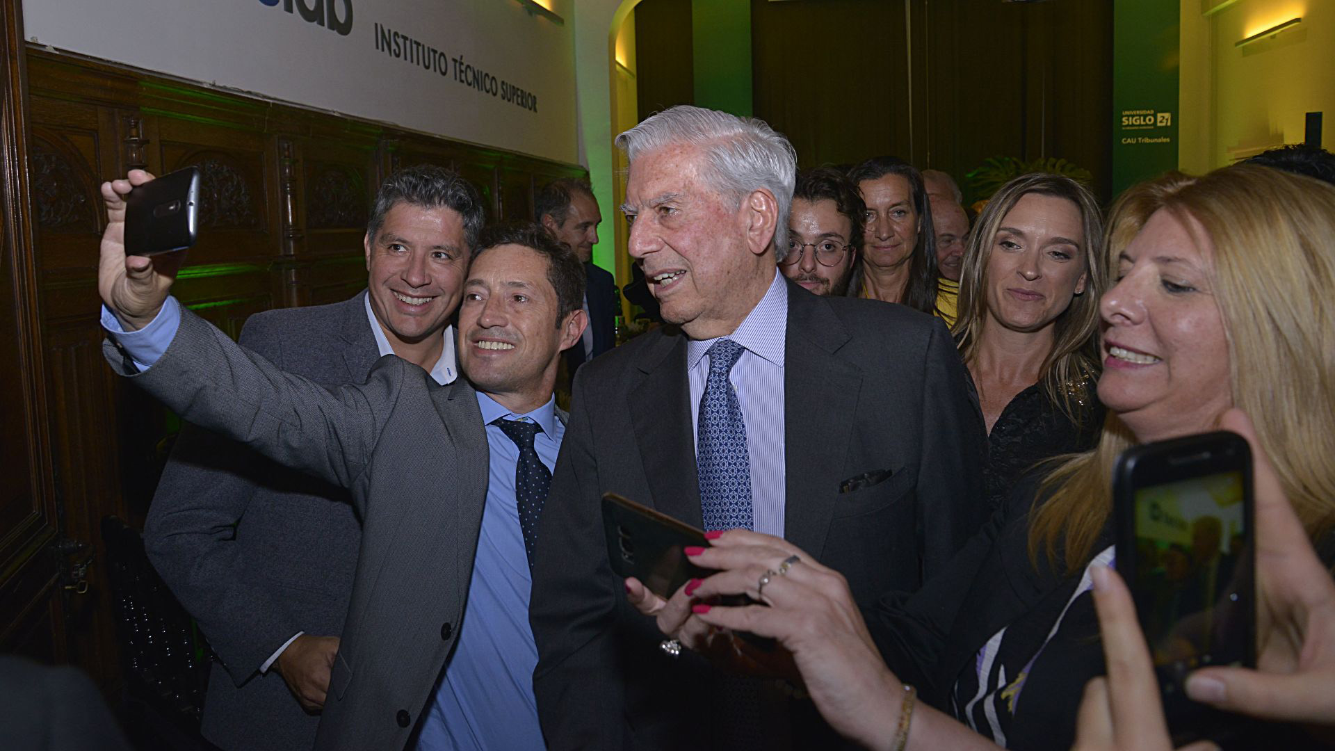 A la salida, Mario Vargas Llosa dejó que los invitados le tomaran selfies