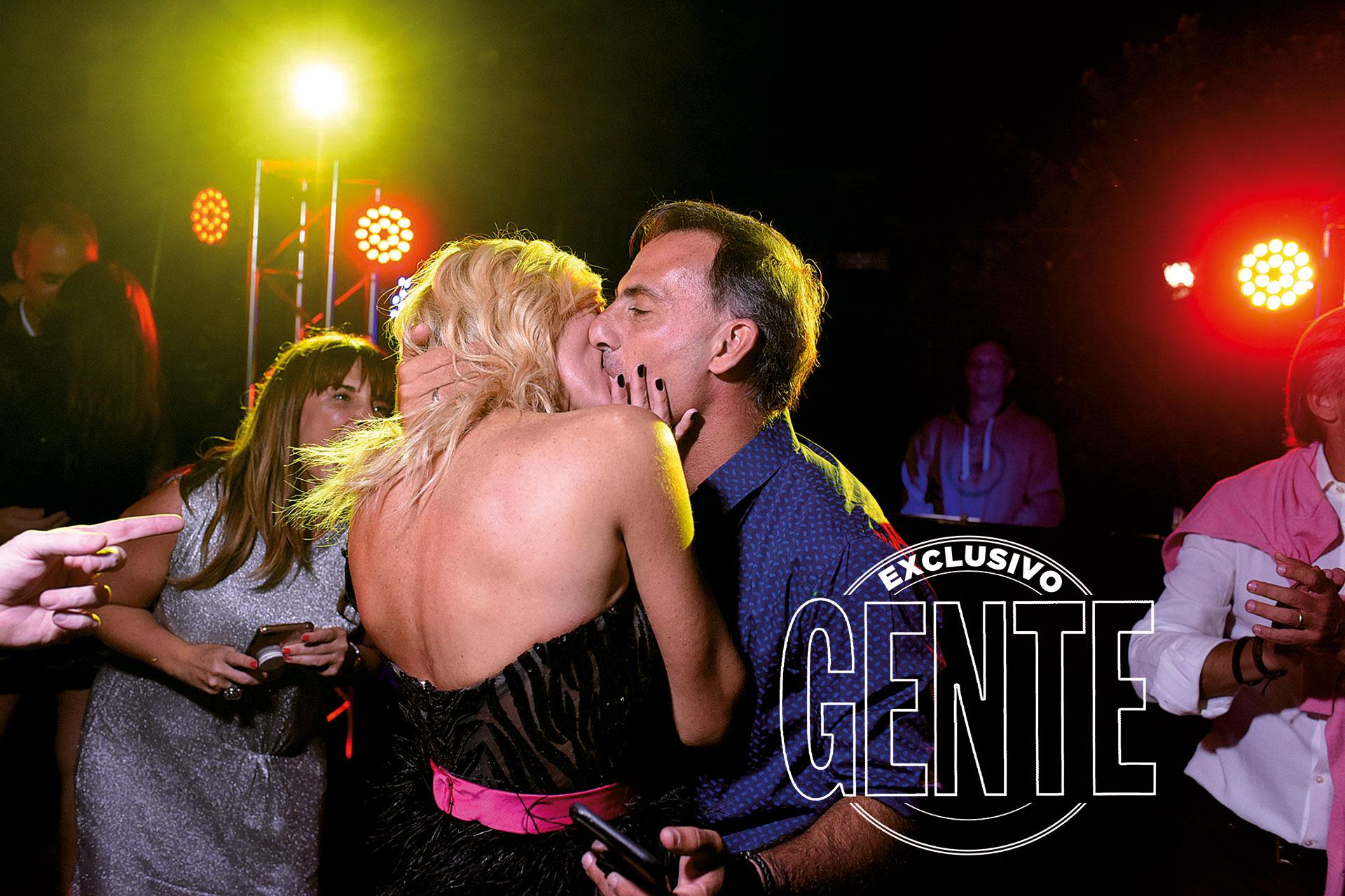 Besos apasionados entre Yanina y Diego. En agosto celebrarán sus bodas de plata: sus veinticinco años de casados.