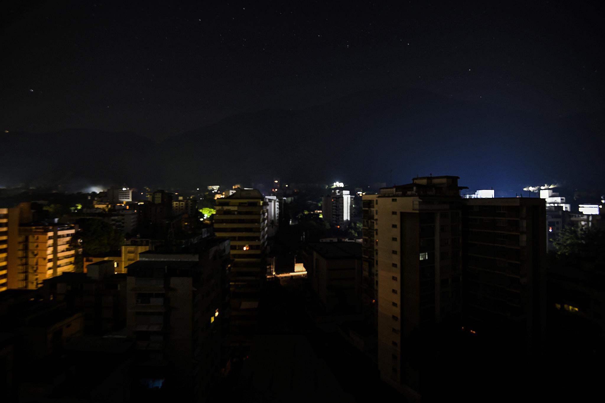 Caracas y al menos 21 de los 23 estados de Venezuela amanecieron golpeados por un nuevo apagón el martes 26 de marzo de 2019. (Juan BARRETO / AFP)