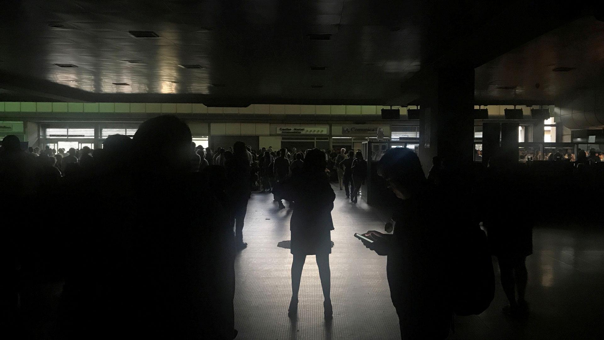 Pasajeros durante un apagón en el aeropuerto internacional Simón Bolívar en Caracas, Venezuela el 25 de marzo de 2019. (Reuters)