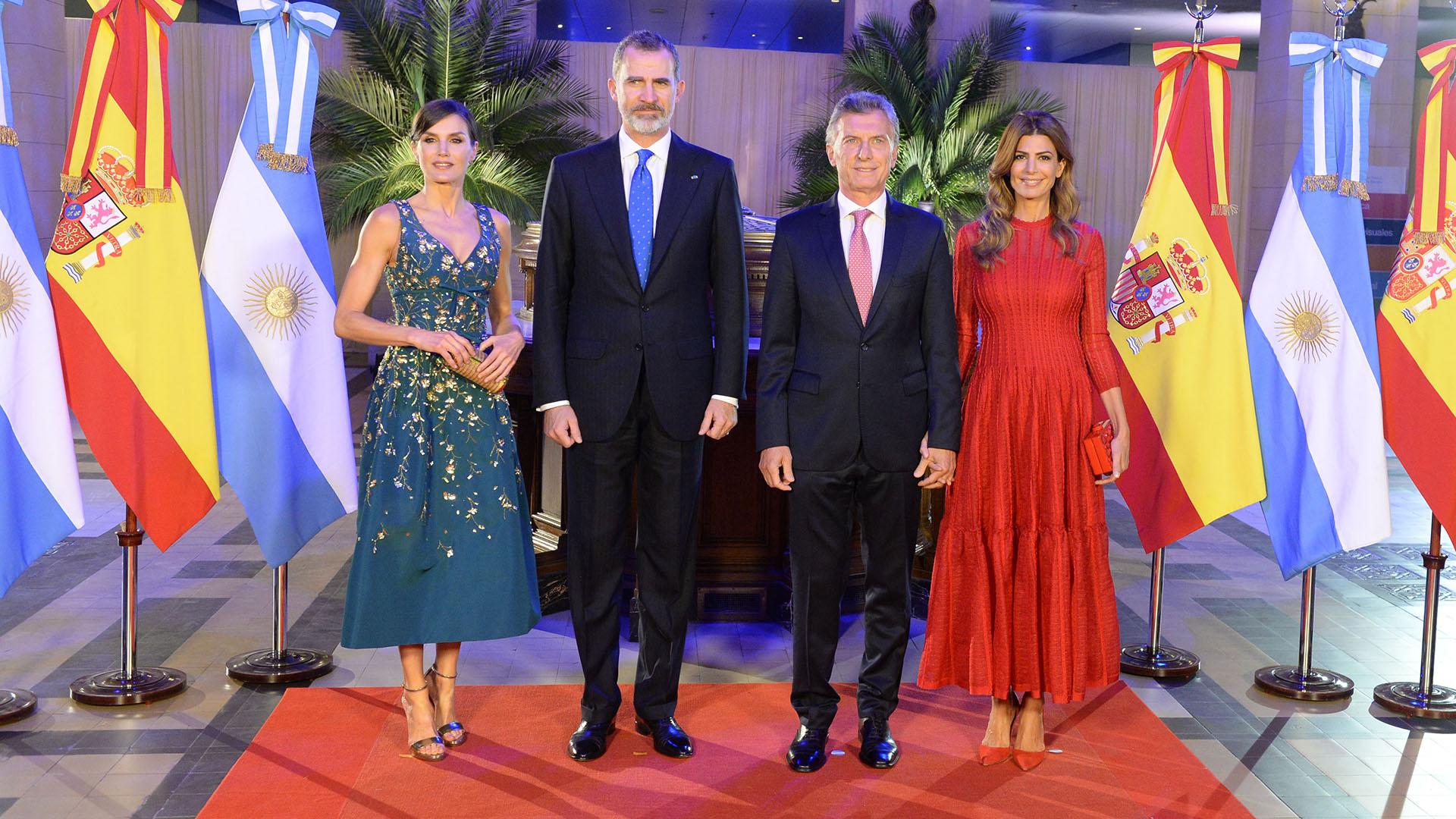 La foto oficial protocolar de los mandatarios de ambas naciones. Es la primera vez que Felipe y Letizia visitan el país como reyes y la primera visita de Estado de España a la Argentina en más de 30 años.