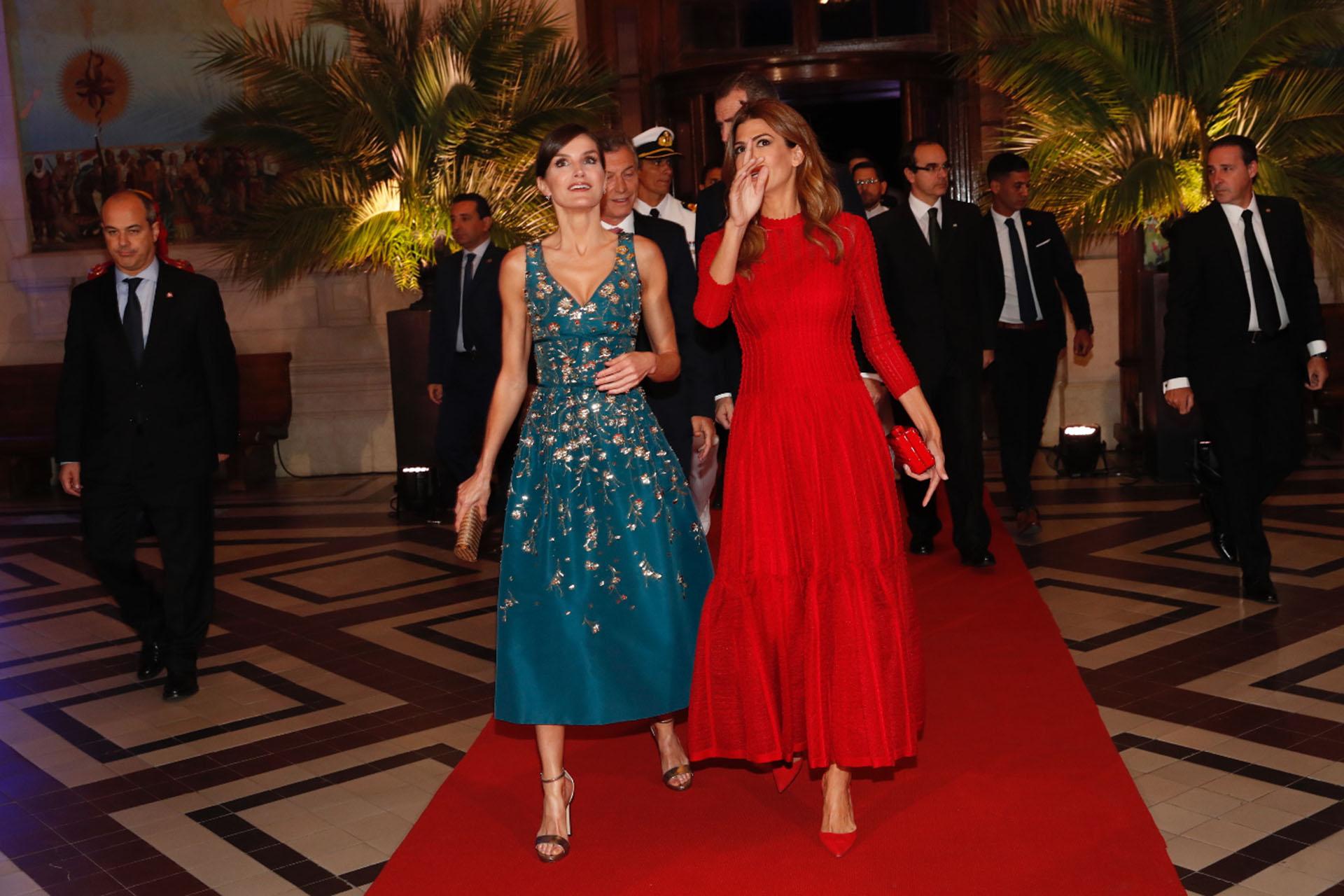 Tanto Letizia como Juliana Awada deslumbraron por su elección de estilo. La reina prefirió un vestido bordado en tono agua y la primera dama argentina una pieza vibrante en tono rojo.