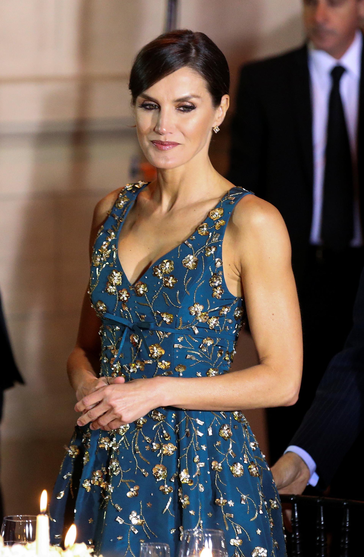La esposa de Felipe VI acertó con un vestido bordado de Carolina Herrera para la elegante gala.