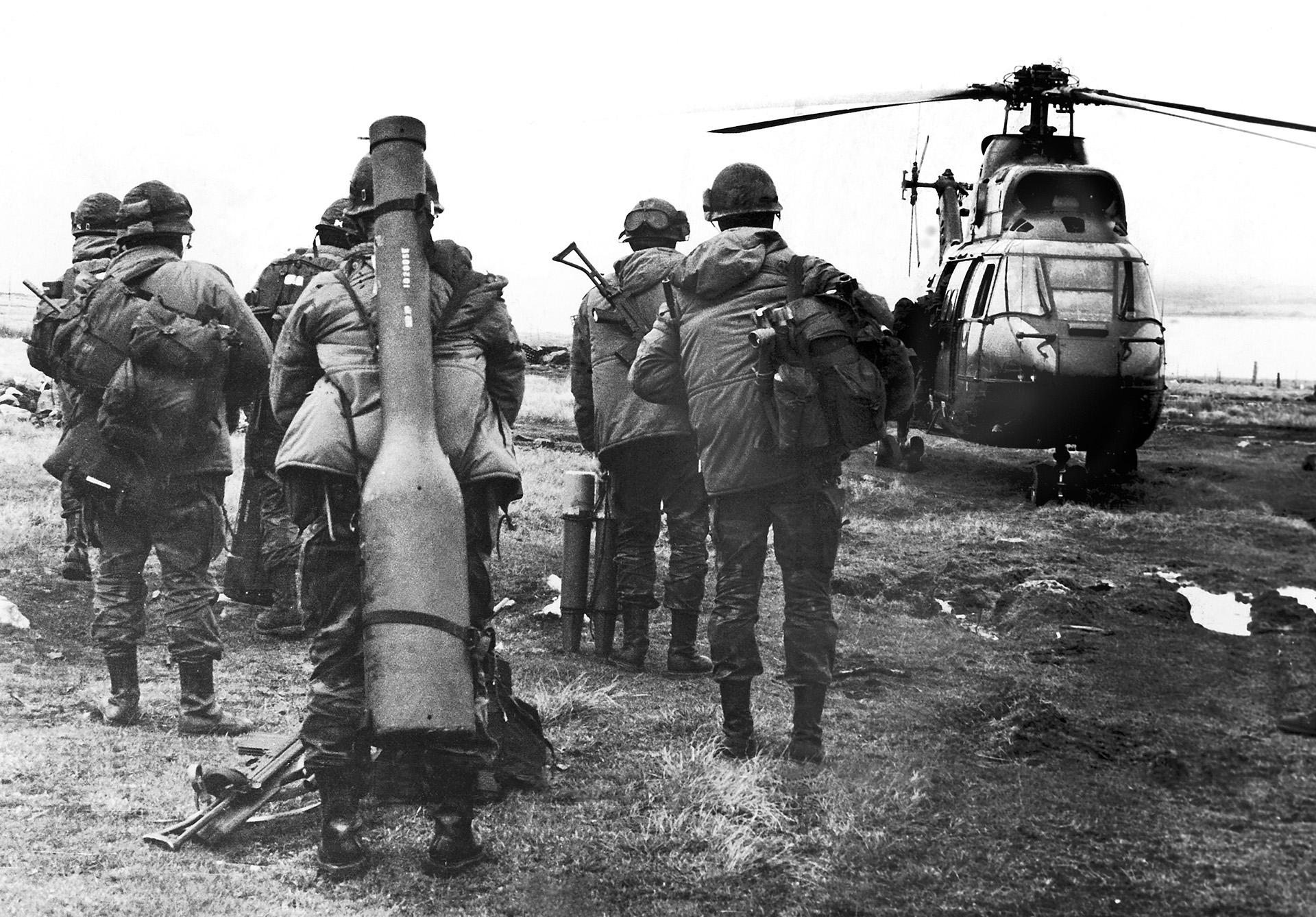 Es mayo de 1982, apenas unos días antes del desembarco birtánico en el estrecho de San Carlos. Una unidad de comandos de la Compañía 601, al mando del mayor Mario Castagneto, aborda un helicóptero para controlar los alrededores del estrecho. Uno de los comandos carga en su espalda un misil tierra-aire Blow Pipe con el que fueron derribados varios aviones y helicópteros ingleses. (Foto: Eduardo Farré)