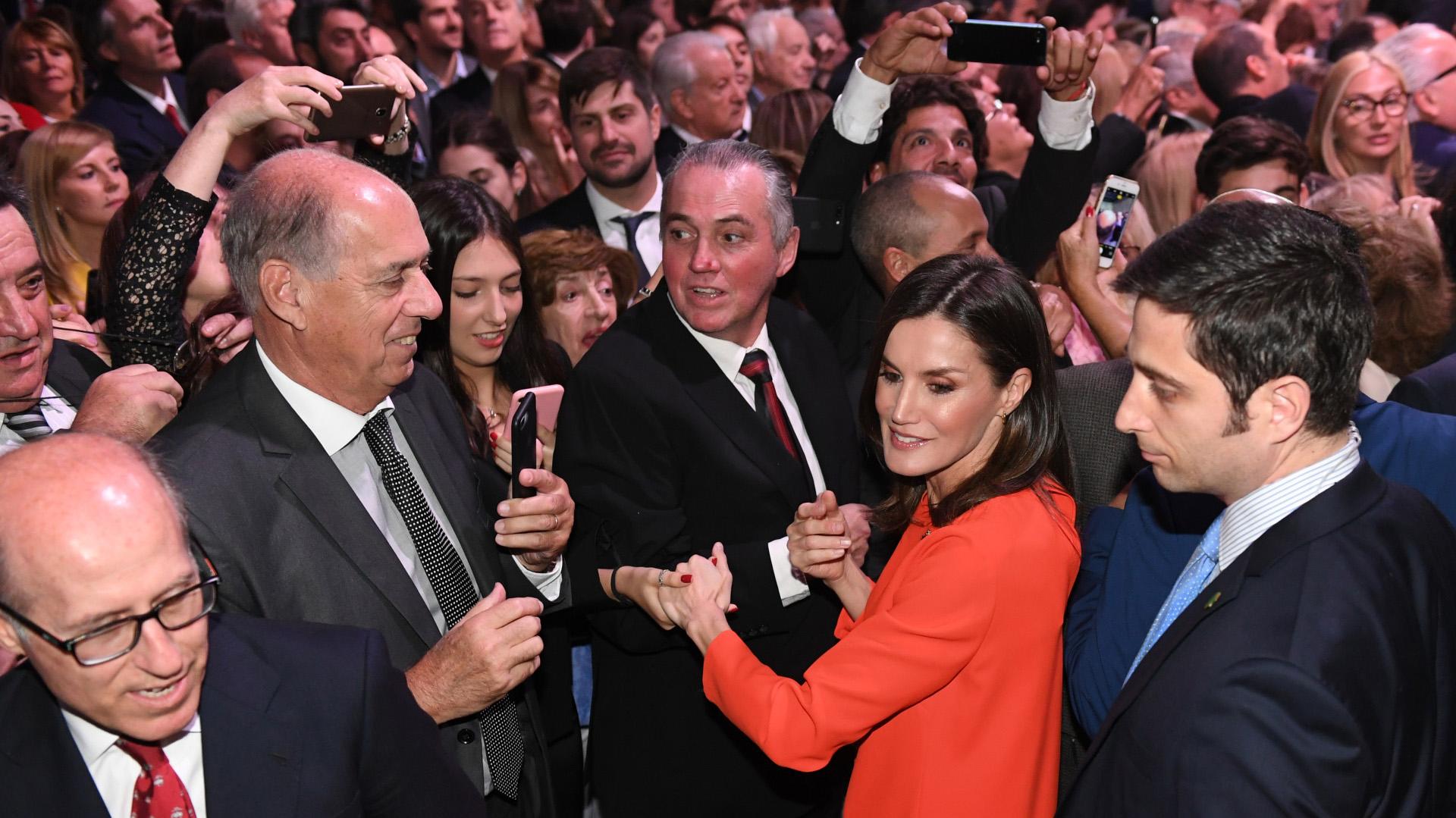 Letizia Ortiz se mostró cercana y saludó uno por uno a los presentes
