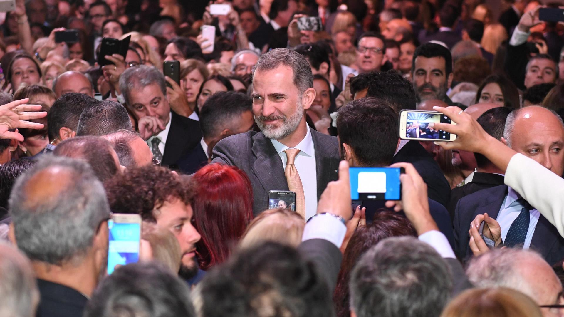Todos querían tomar una foto con el rey de España