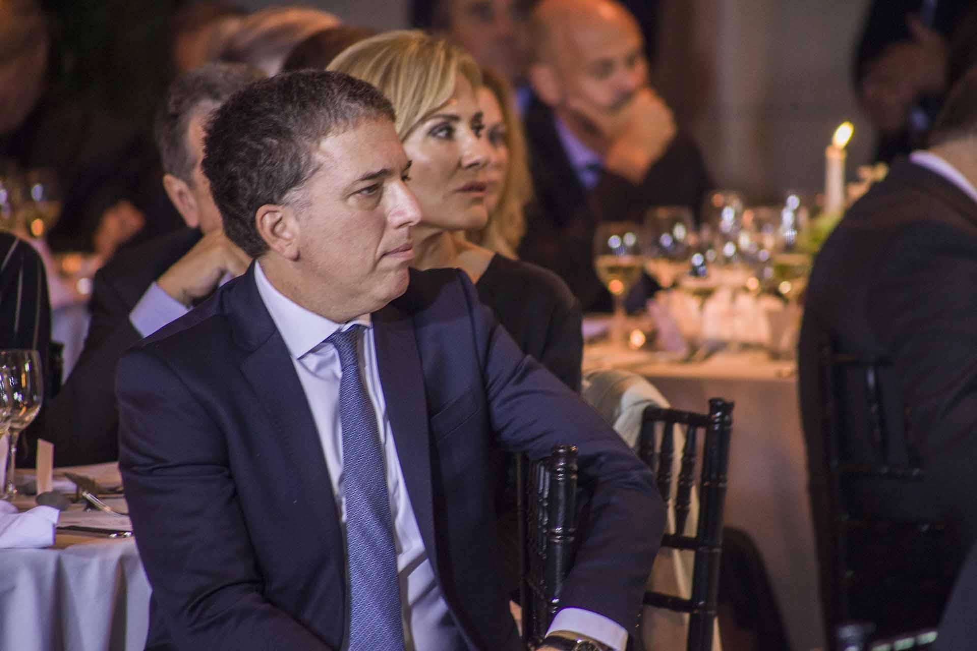 El ministro de Hacienda, Nicolas Dujovne sentado en la mesa 2