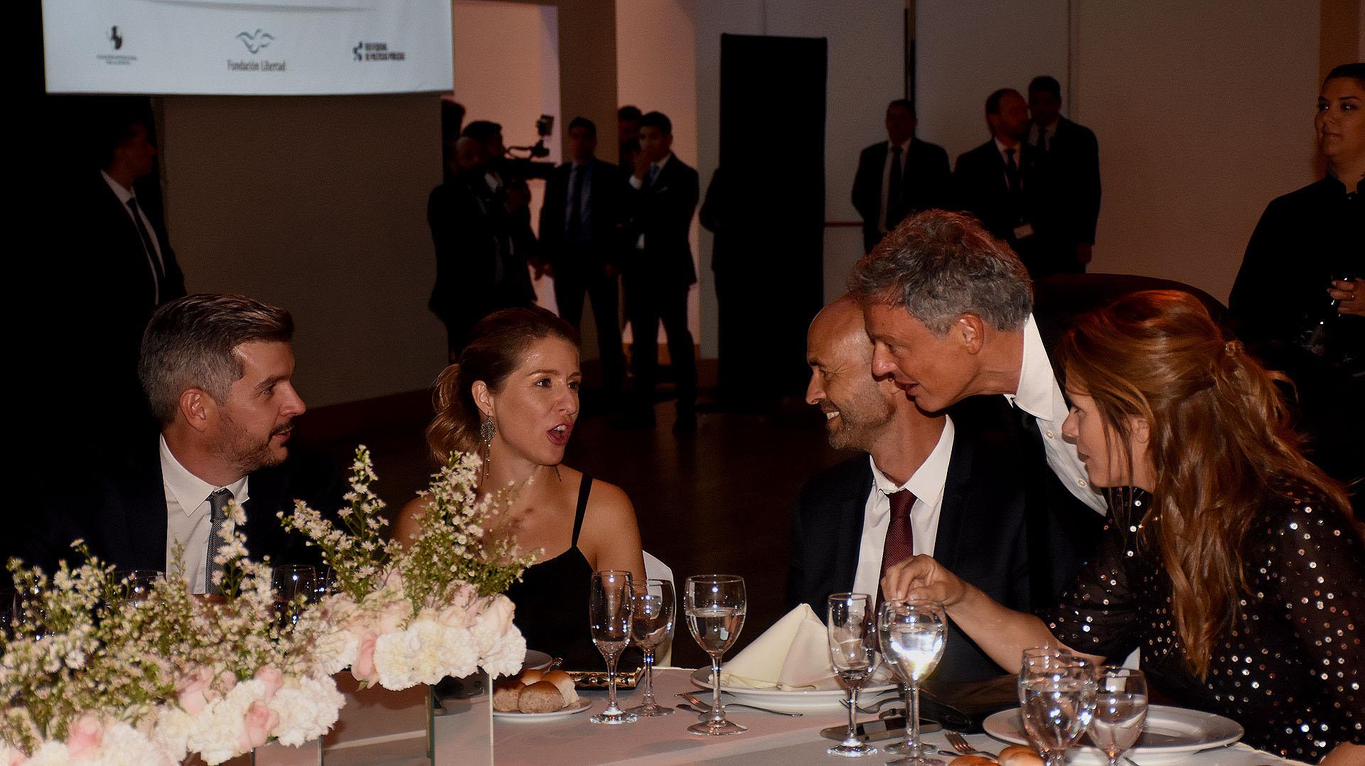 Marcos Peña y su mujer Luciana Mantero, junto a Guillermo Dietrich, su mujer Javiera Álvarez Echagüe, y Francisco Cabrera