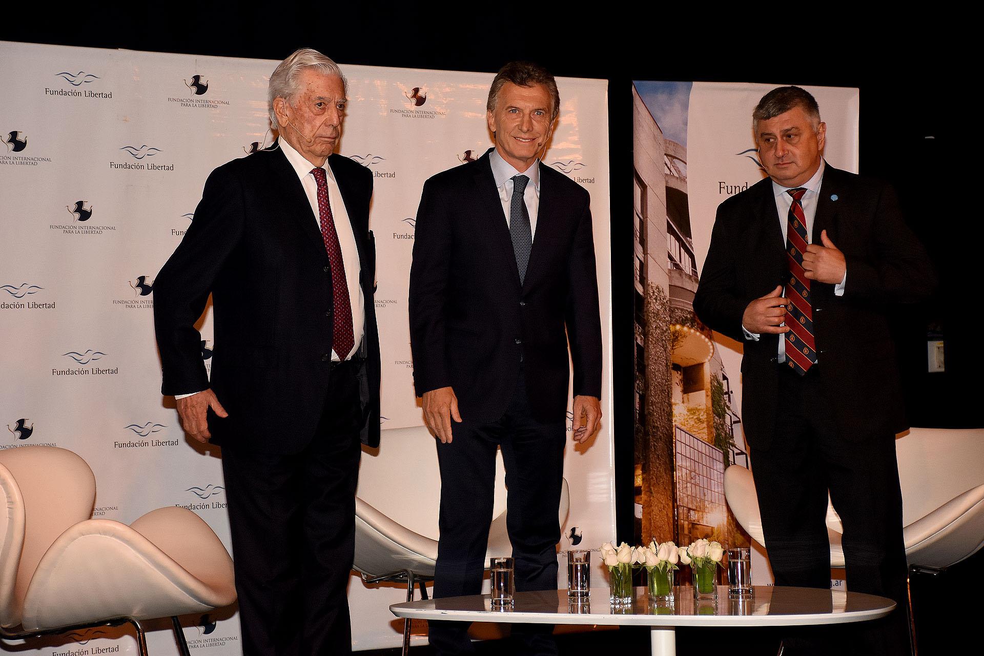 Mario Vargas Llosa, Mauricio Macri y Gerardo Bongiovanni frente a los invitados, entre quienes se reunieron representantes del sector público y privado, como ministros, gobernadores, legisladores, empresarios e intelectuales de todo el país