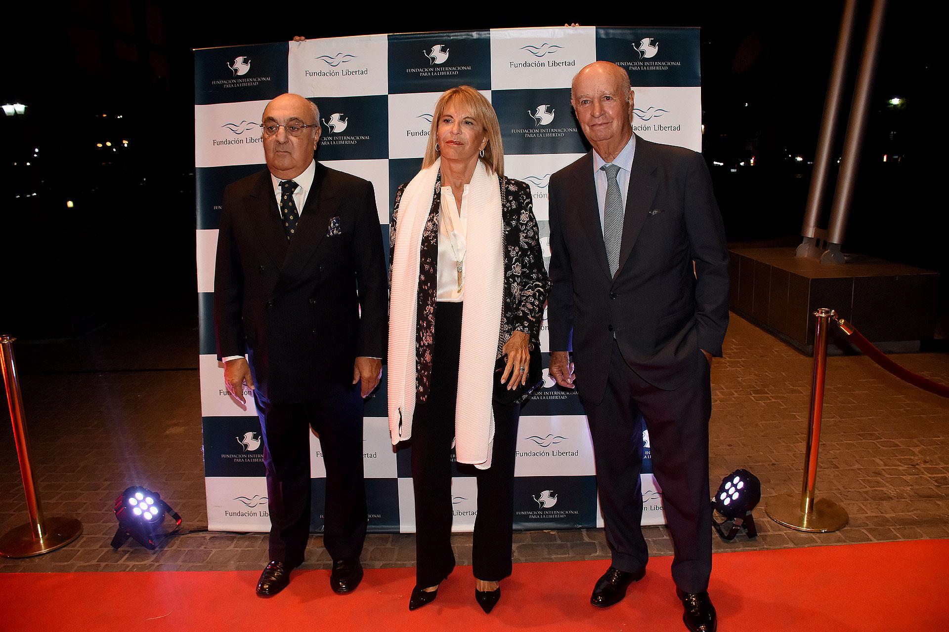 Jorge Aufiero y su mujer, Mónica Balestrini de Aufiero, junto a Carlos Fontán Balestra