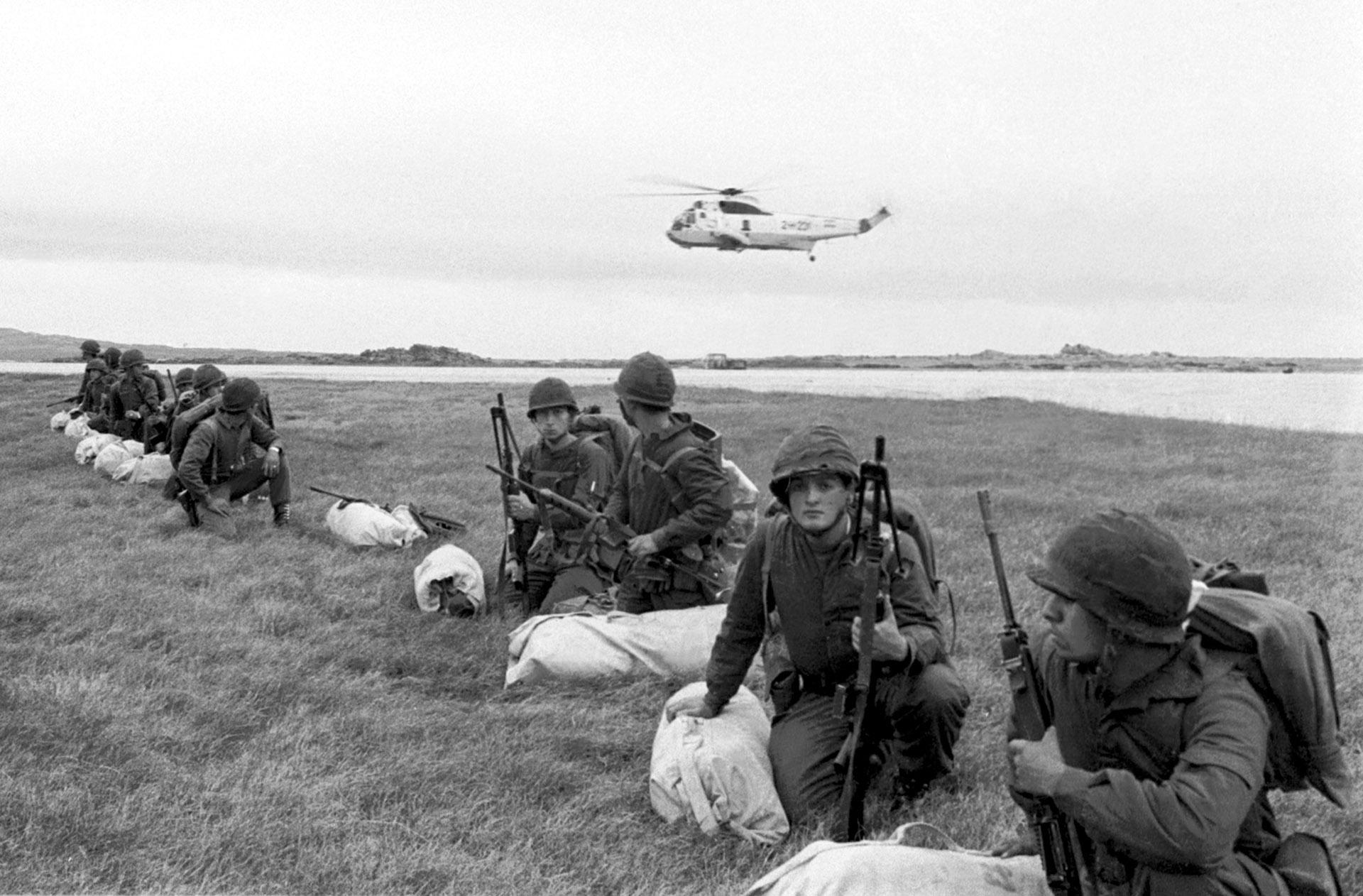 El helicóptero Sea King de la Armada sobrevuela a los soldados en el terreno. Sólo falta la orden de avanzar (Foto: Osvaldo Zurlo)