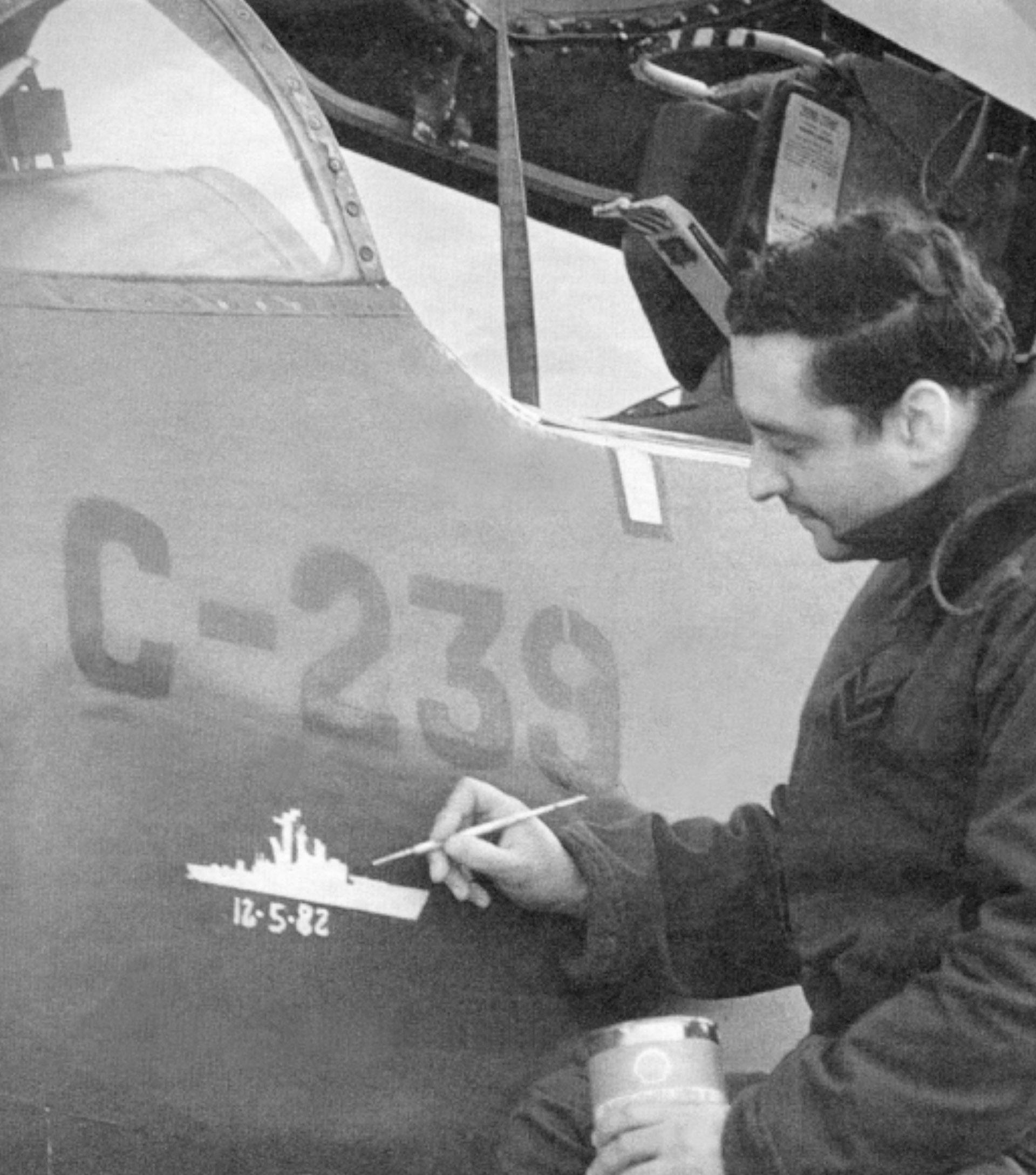A la vieja usanza de los pilotos de la Segunda Guerra Mundial, un suboficial pinta en el costado del A4B C-239 la silueta de la fragata Brilliant, atacada el 12 de mayo de 1982 (Foto:Fuerza Aérea Argentina)