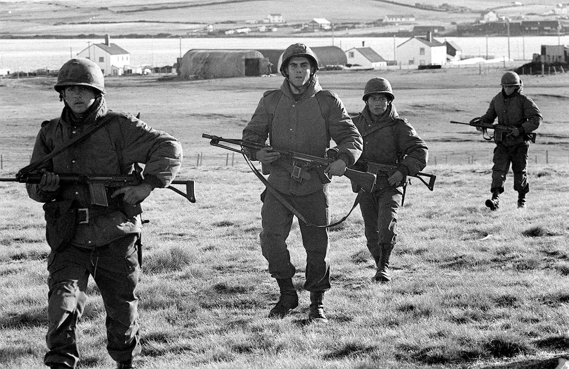 Soldados de todas partes del país combatieron en Malvinas. Esta patrulla se desplaza por un descampado en Puerto Argentino.(Telam: Román von Eckstein)