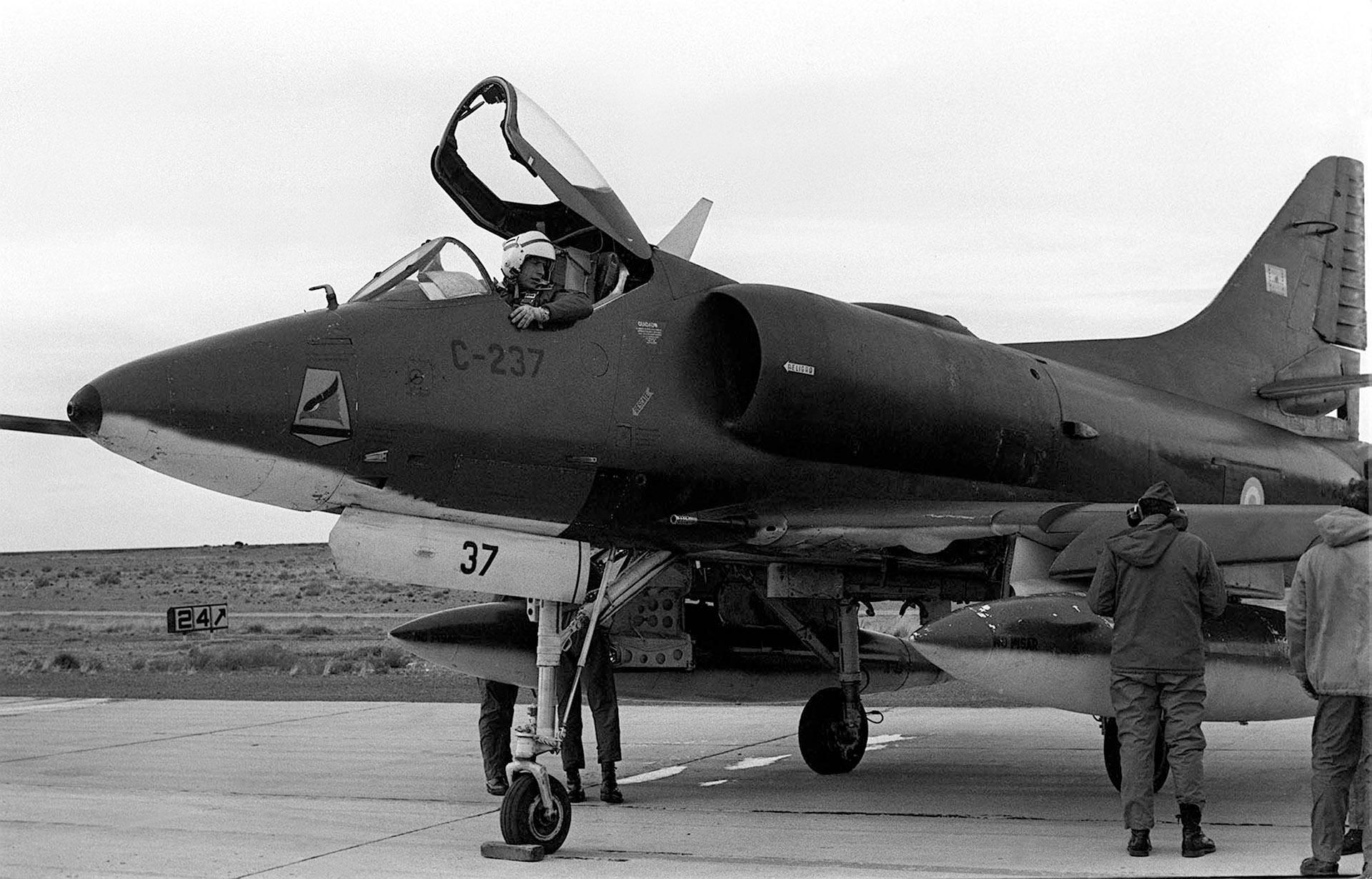 El piloto de este Skyhawk A4B dialoga con sus auxiliares previa su partida para cumplir con una misión (Foto: Fuerza Aérea Argentina)