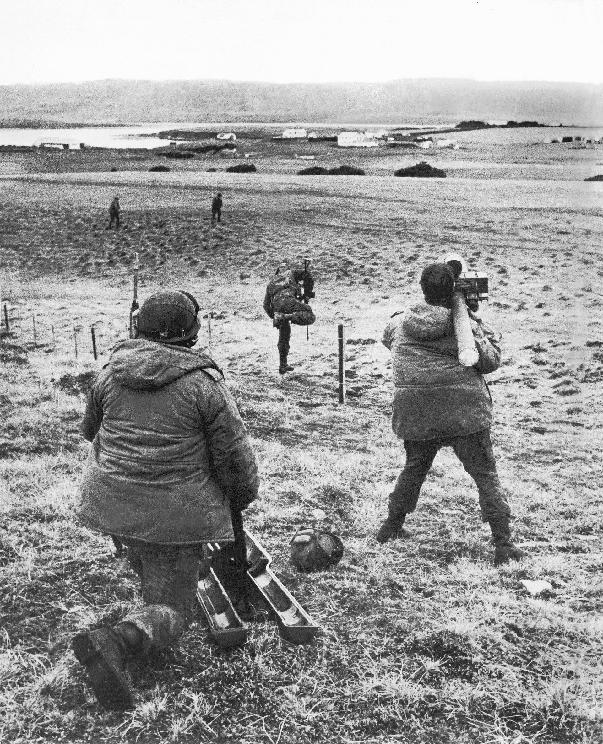 El estrecho de San Carlos es pura desolación, sólo interrumpida por las incursiones aéreas británicas. Un comando apunta con el misil Blow Pipe apenas liberado de su carcasa protectoraesperando a su blanco. (Foto: Eduardo Farré)