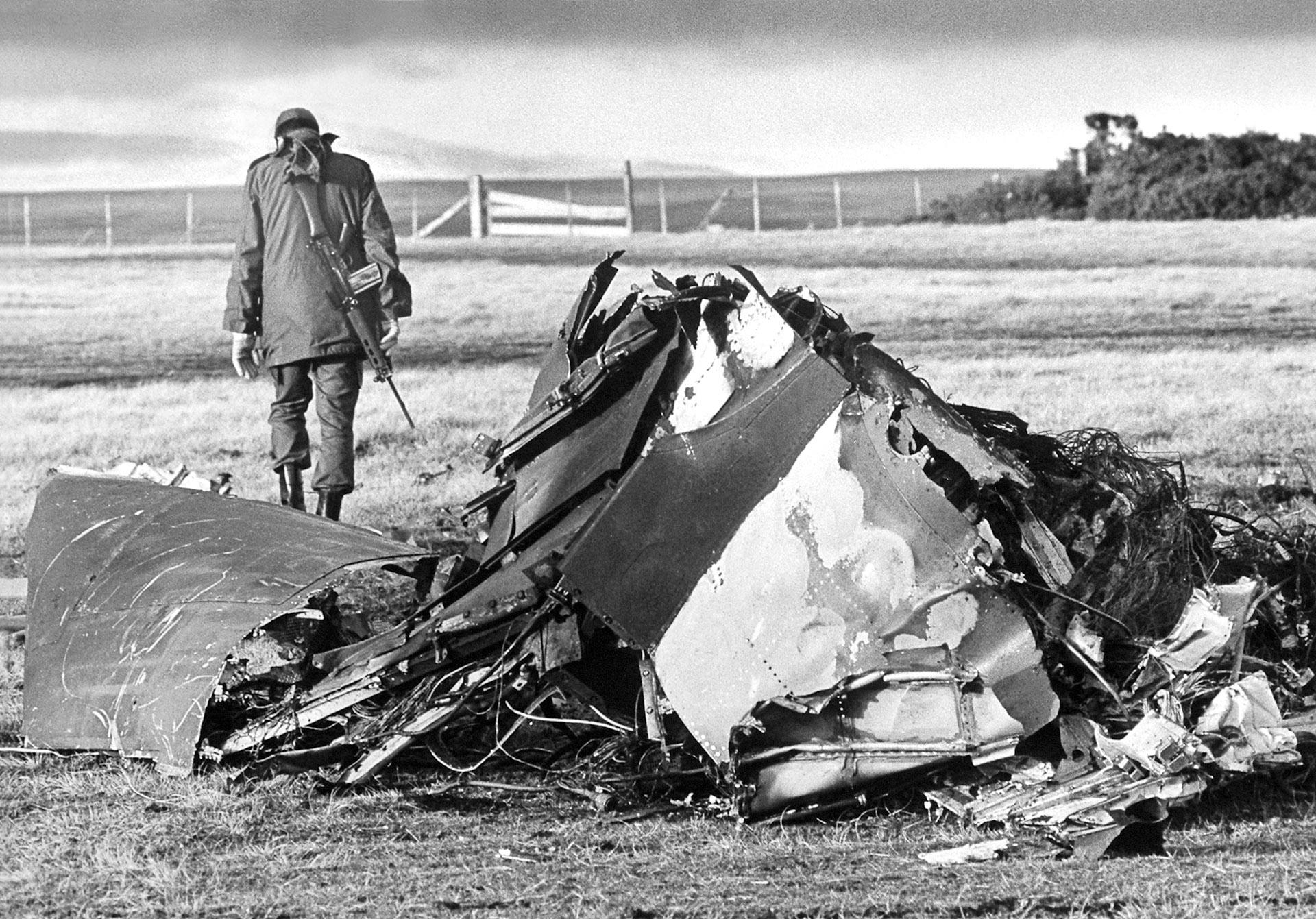 Así quedó un Harrier abatido por la artillería argentina. Un soldado argentino se aleja después de comprobar el derribo (Foto: Eduardo Farré)