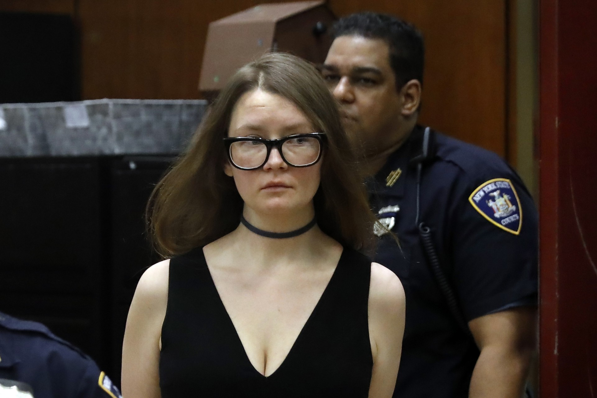 Anna Sorokin se presentó en su juicio en Nueva York con prendas de alta costura, como si fuese una pasarela de modas (Foto: Richard Drew/ AP)
