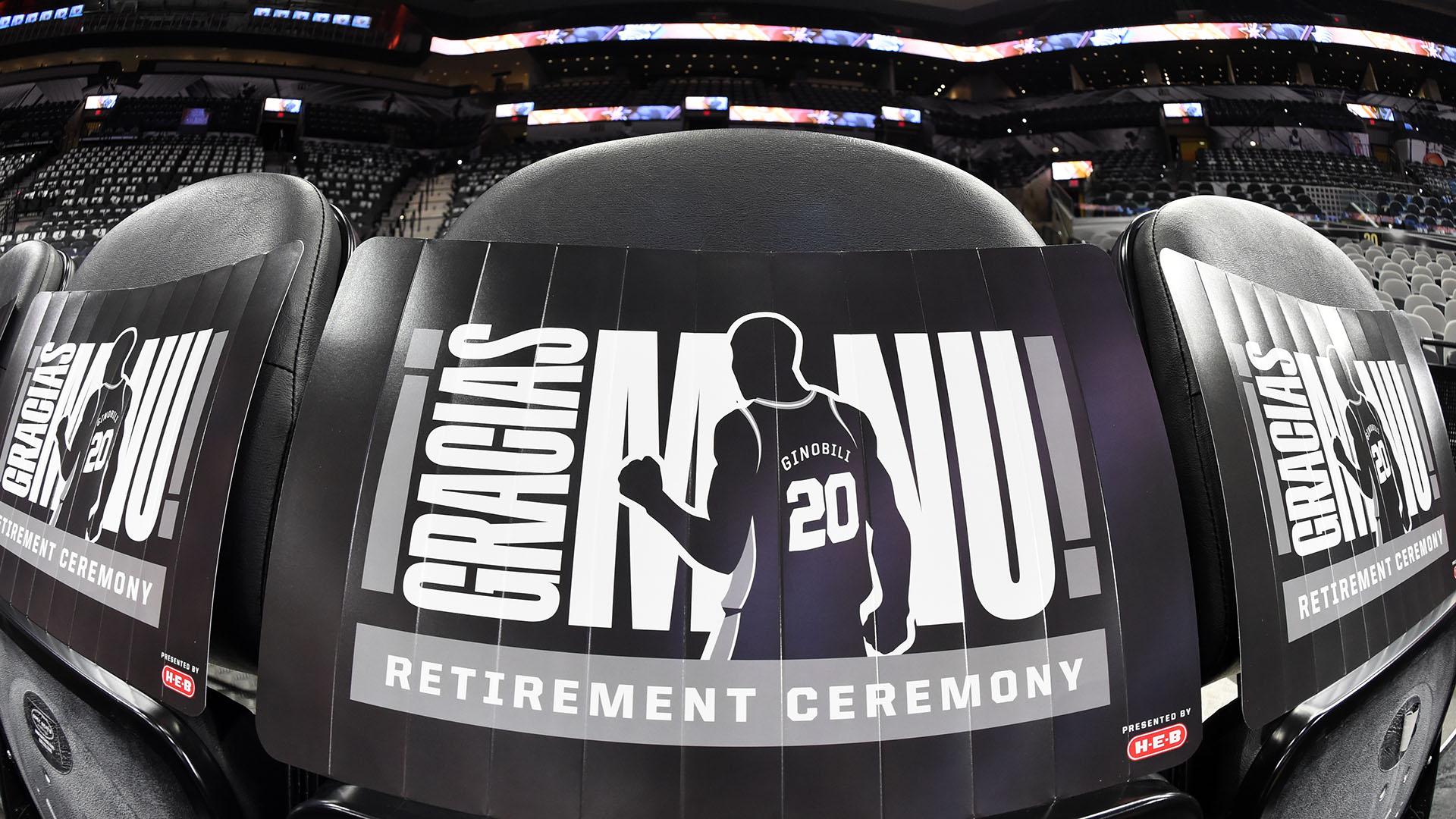 Una vista en primer plano de los signos de la ceremonia de retiro para el NBA, Manu Ginóbili, antes de un partido entre los Cleveland Cavaliers y los San Antonio Spurs