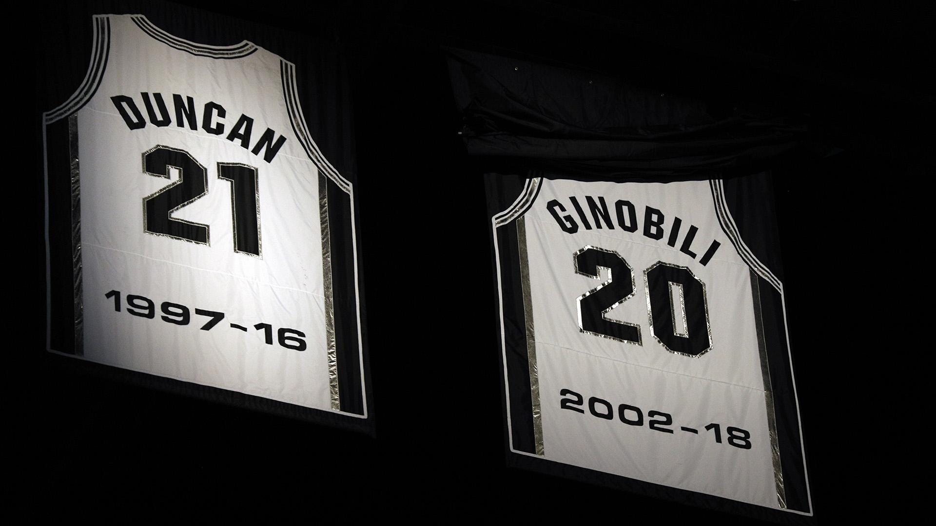 La camiseta del ex jugador de San Antonio Spurs, Manu Ginóbili, se dio a conocer durante una ceremonia de retiro en el AT&T Center después de un partido entre los Cleveland Cavaliers y los San Antonio Spurs