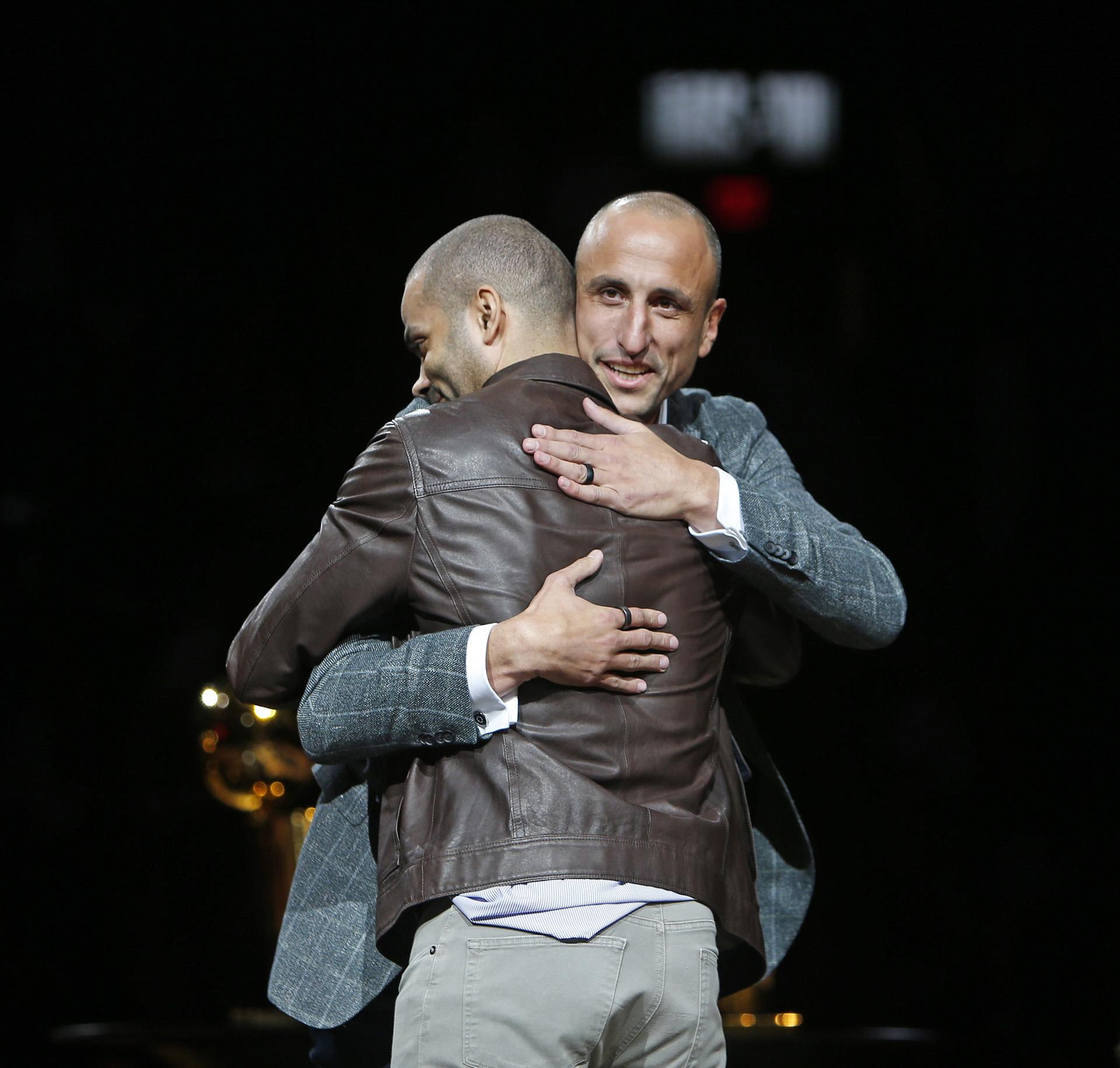 Manu Ginobili abraza al ex compañero de equipo Tony Parker durante su fiesta homenaje en AT&T Center en San Antonio