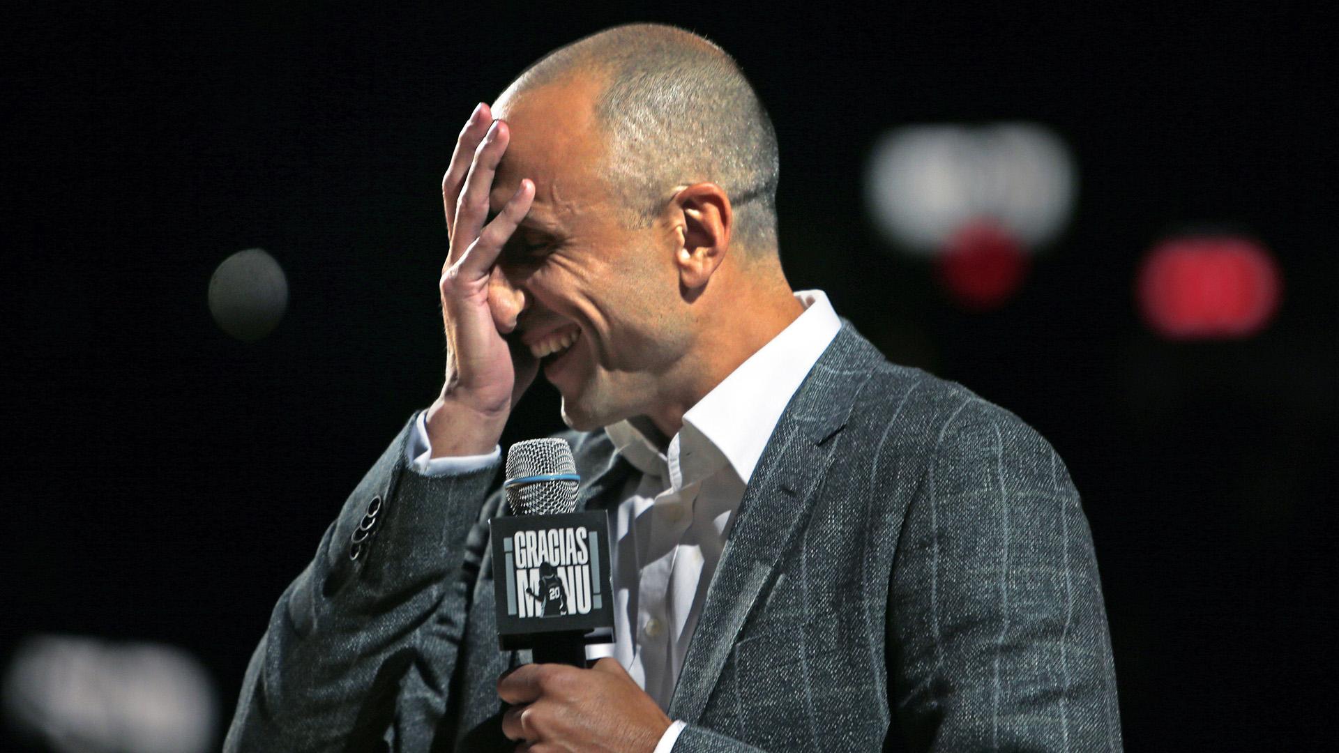 Manu Ginóbili reacciona cuando habla del entrenador Gregg Popovich de los San Antonio Spurs en AT&T Center de San Antonio