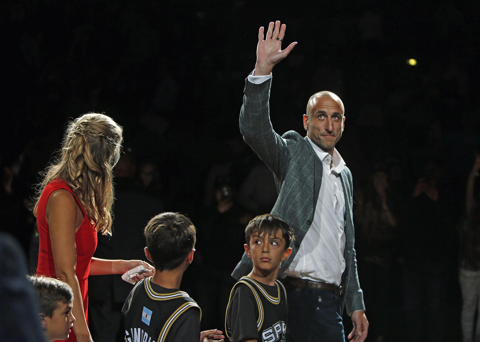 Manu Ginóbili se despide de los fanáticos de San Antonio Spurs después de su fiesta homenaje en el AT&T Center en San Antonio