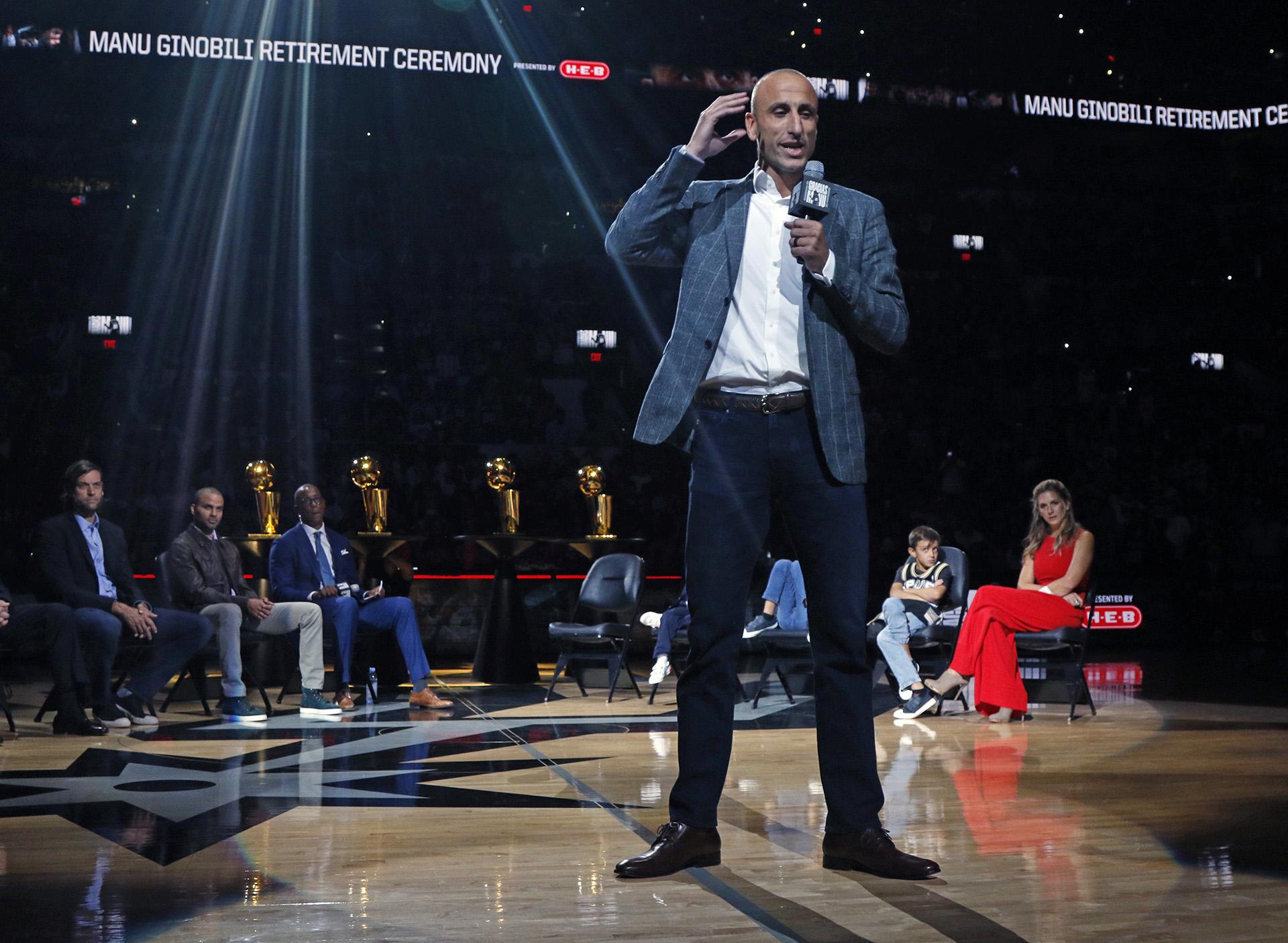 Manu Ginobili habla sobre su carrera en San Antonio durante su fiesta de homenaje en el AT&T Center en San Antonio