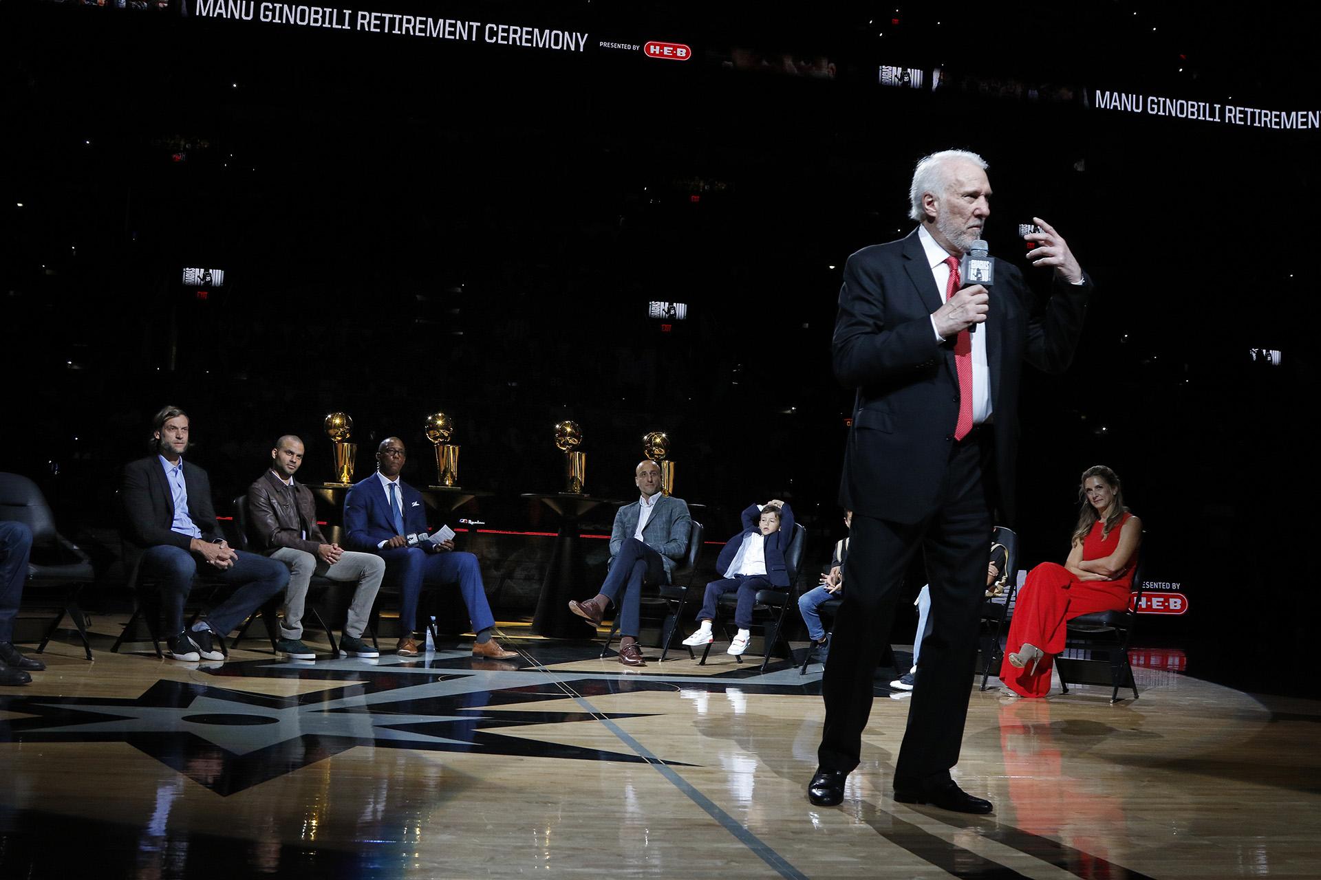 El entrenador Gregg Popovich de los San Antonio Spurs habla sobre Manu Ginobili en el AT&T Center en el día del homenaje al bahiense