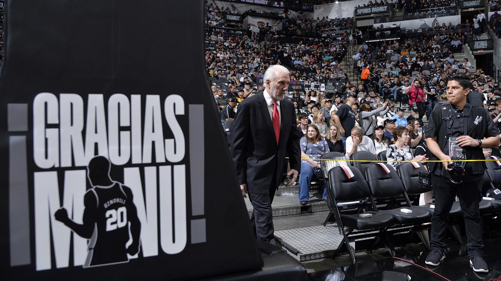 El entrenador en jefe Gregg Popovich de los San Antonio Spurs ingresa a la cancha antes del juego contra los Cleveland Cavaliers en el AT&T Center en San Antonio