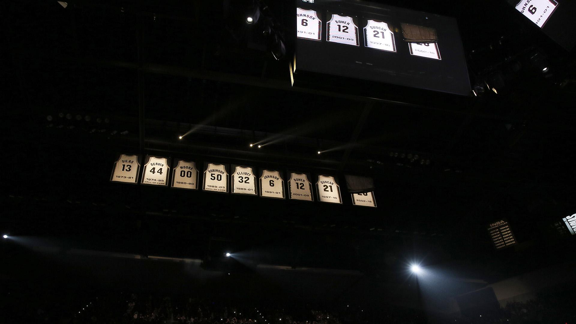 La camiseta del ex jugador de San Antonio Spurs, Manu Ginóbili, se dio a conocer durante una ceremonia para retirarlaN ° 20 en el AT&T Center después de un partido entre los Cleveland Cavaliers y San Antonio Spurs