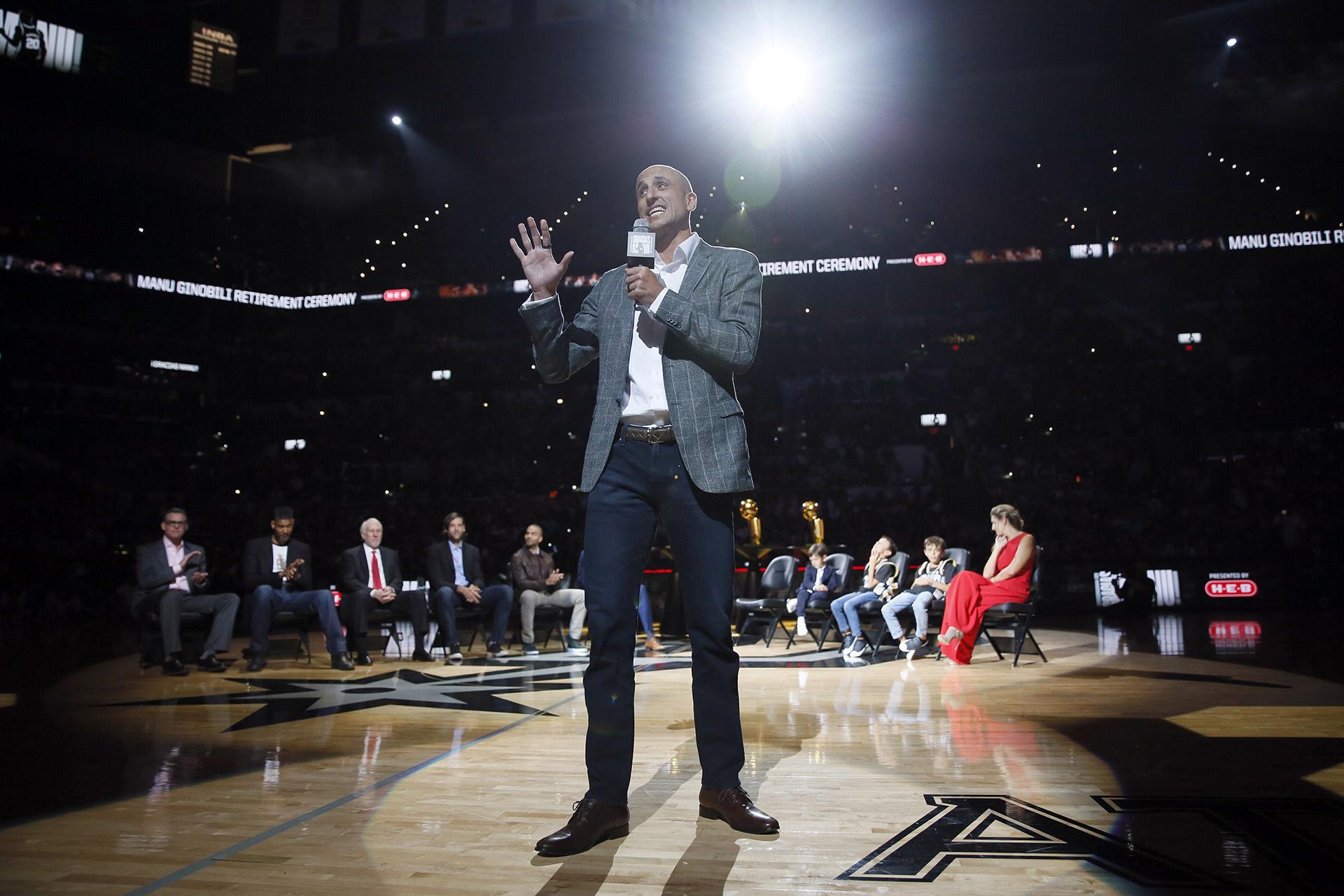 El ex jugador de los San Antonio Spurs, Manu Ginóbili, se dirige a la multitud durante su ceremonia de retiro en el AT&T Center después de un partido entre los Cleveland