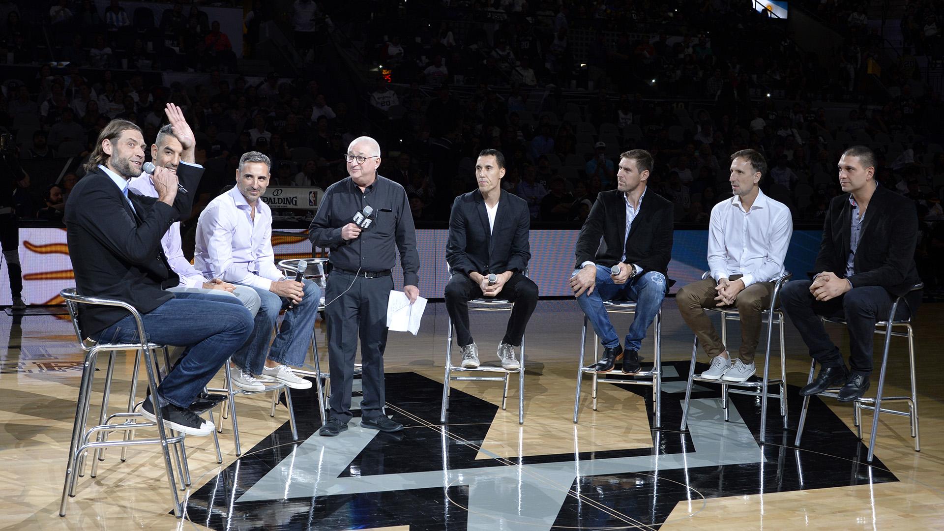 Siete miembros de la Generación Dorada de Argentina celebran una mesa redonda en la cancha central en honor a Manu Ginobili en el AT&T Center en San Antonio