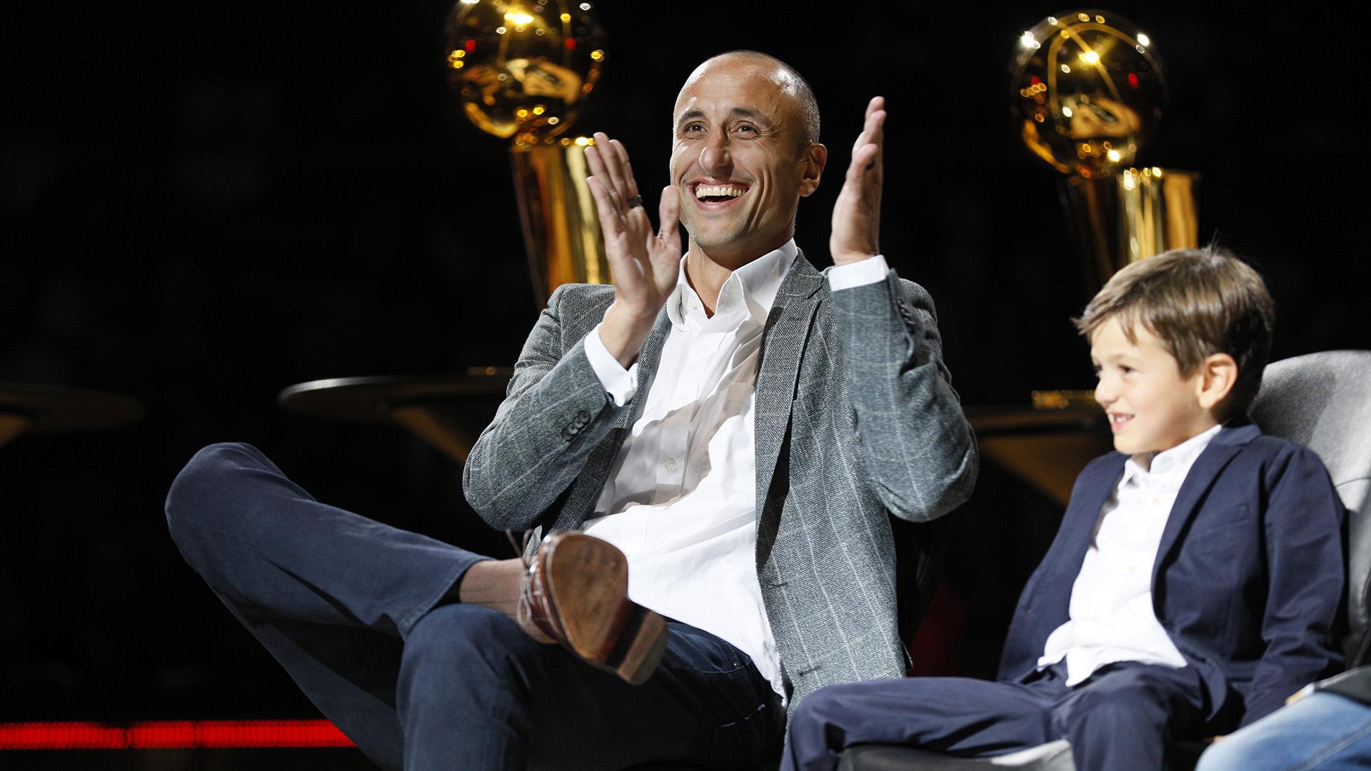 El ex jugador de los San Antonio Spurs, Manu Ginóbili, reacciona durante la ceremonia de retiro de su camiseta en el AT&T Center luego de un juego entre los Cleveland Cavaliers y los San Antonio Spurs