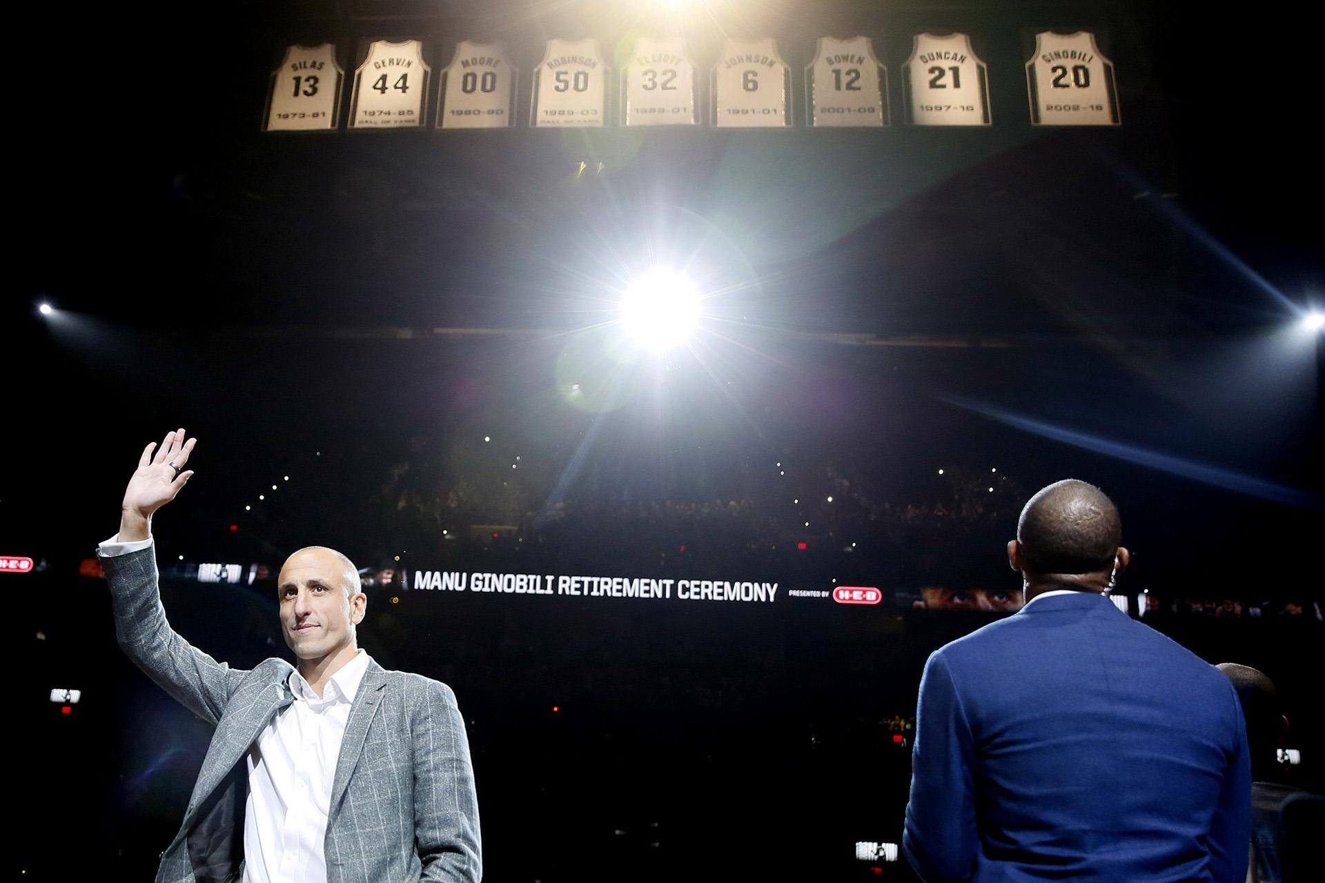 El ex jugador de los San Antonio Spurs, Manu Ginóbili, saluda a los fanáticos luego de su ceremonia de retiro en el AT&T Center luego de un juego entre los Cleveland Cavaliers y los San Antonio Spurs