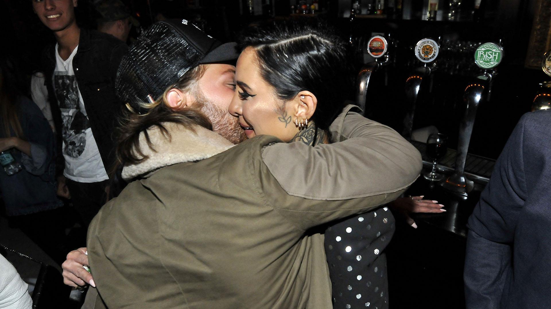 El tierno abrazo entre la cantante y su pareja