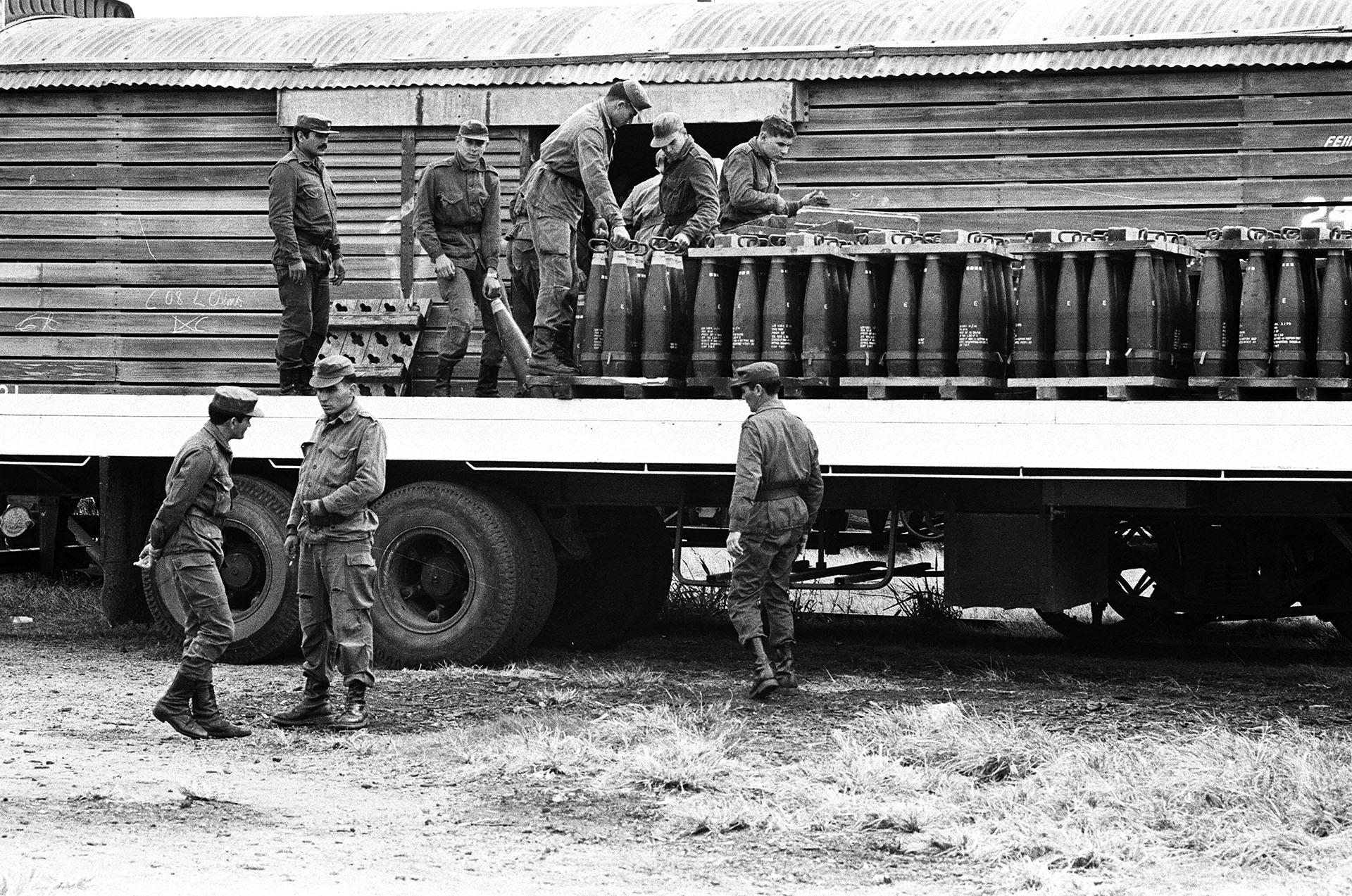 Bien encolumnados, los proyectiles están listos para abastecer a los cañones que esperan en las trincheras (Foto: Juan Sandoval).