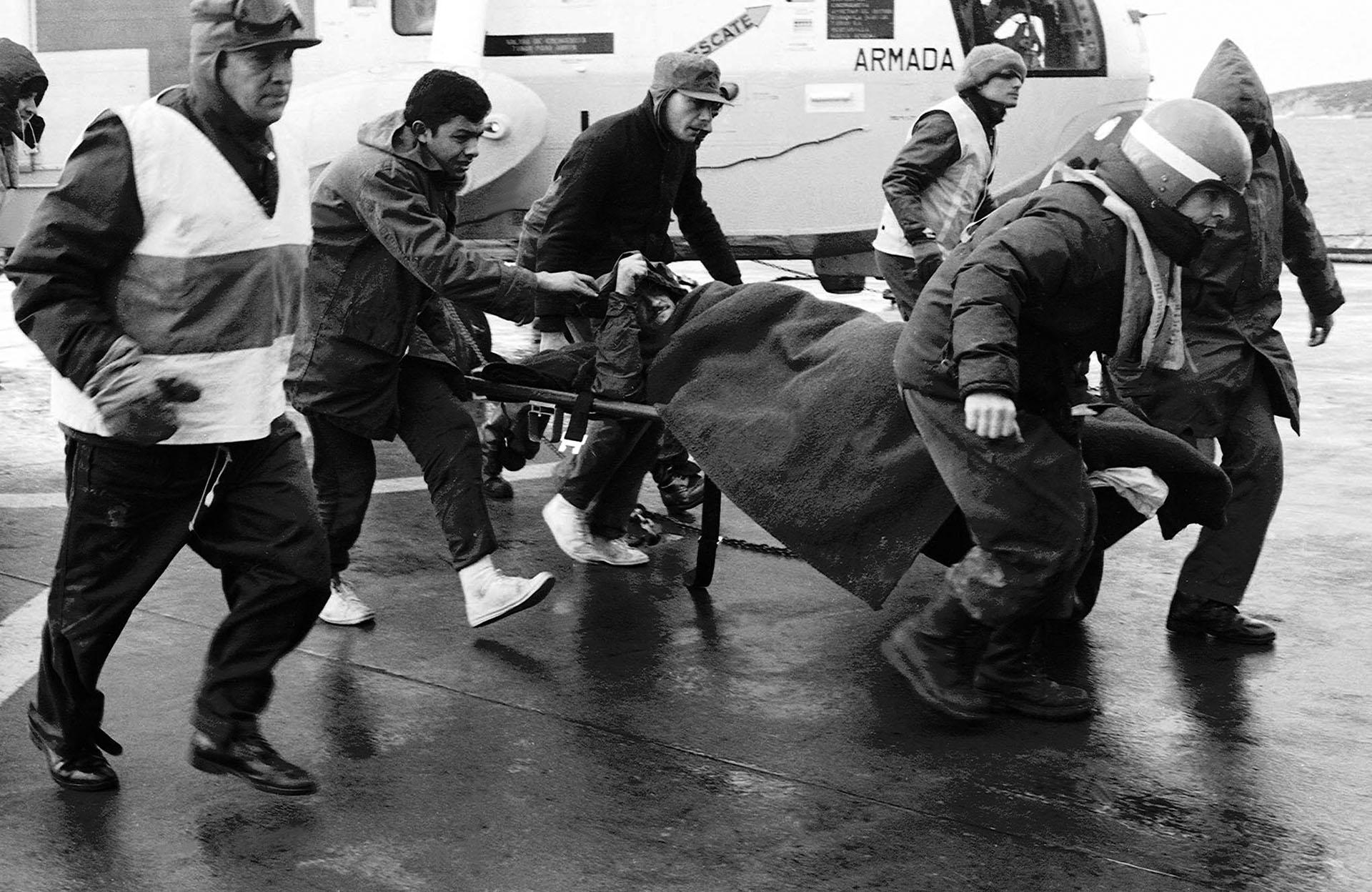 No hay tiempo que perder. El quirófano espera a un soldado herido. La urgencia está marcada porlos pasos de los socorristas (Foto: Télam).
