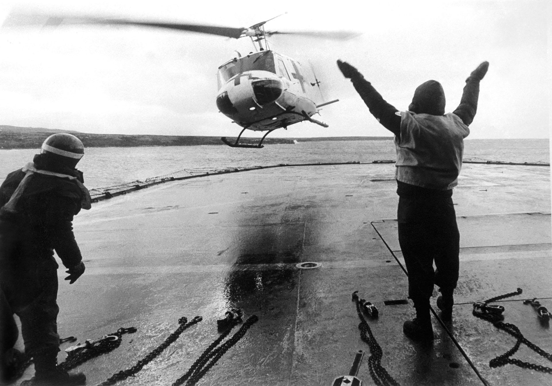 El UH1H ambulancia está a punto de aterrizar en el rompehielos Irízar convertido en buque hospital. Un auxiliar dirige la maniobra (Foto: Eduardo Farré).