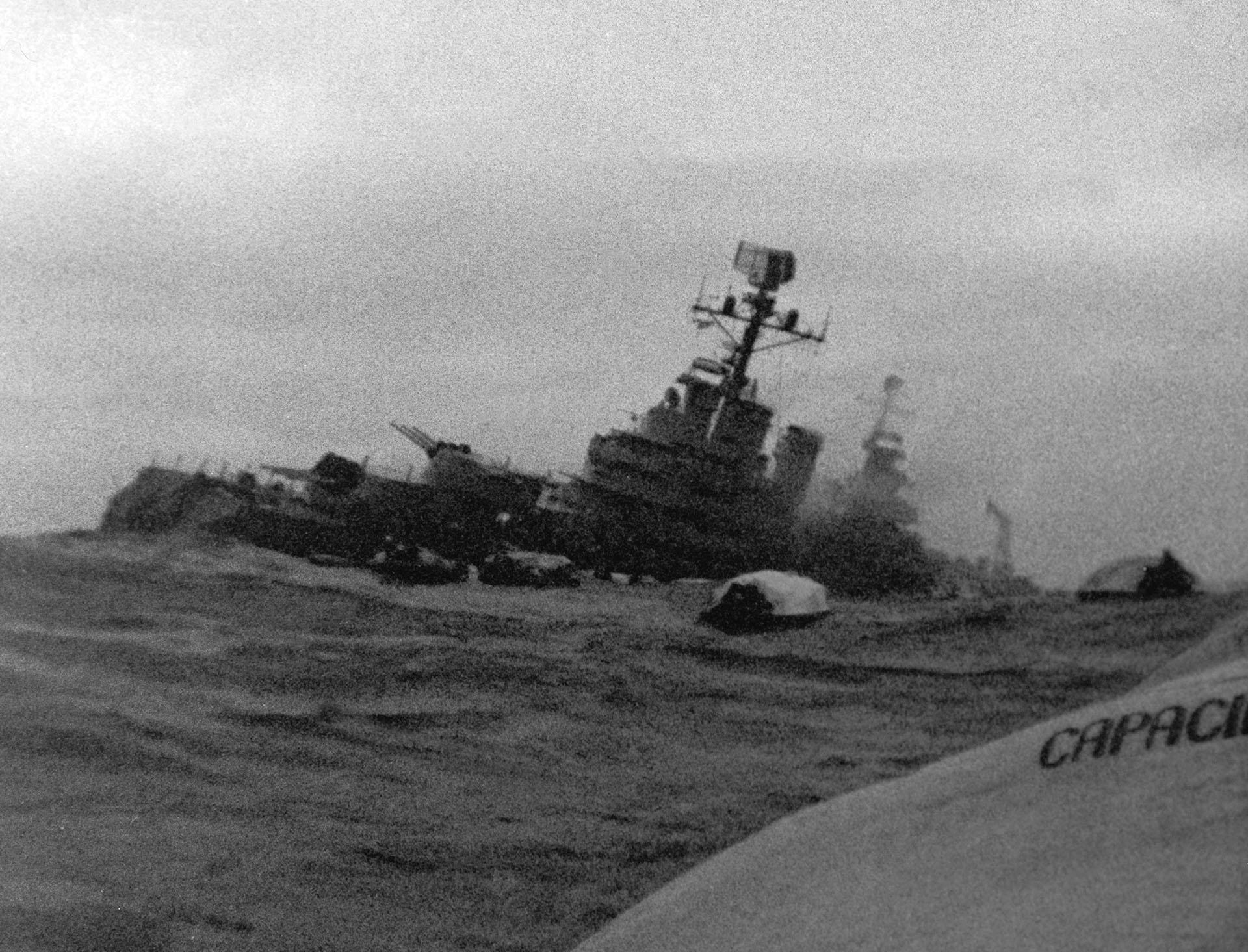 Domingo 2 de mayo de 1982, pasadas las 16. Dos estallidos sacuden al crucero General Belgrano. La mole herida por dos torpedos lanzados desde un submarino nuclear, comienza a escorar. En minutos se va a pique. Una cámara capta el momento. En aquellos primeros minutos, más de 300 hombres pierden la vida. El resto escapa en botes inflables. Son más de 700. Un hecho decisivo para el devenir del conflicto (Foto: archivo privado).