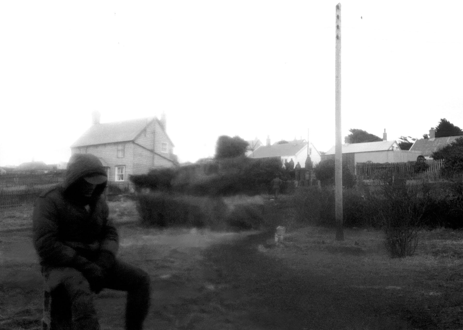 La bruma y la niebla lo envuelven. En soledad, sabe que sus sufrimientos han terminado. No más bombas, estallidos, ni muerte. La amargura de la rendición también lo golpeará sin piedad (Foto: archivo privado).