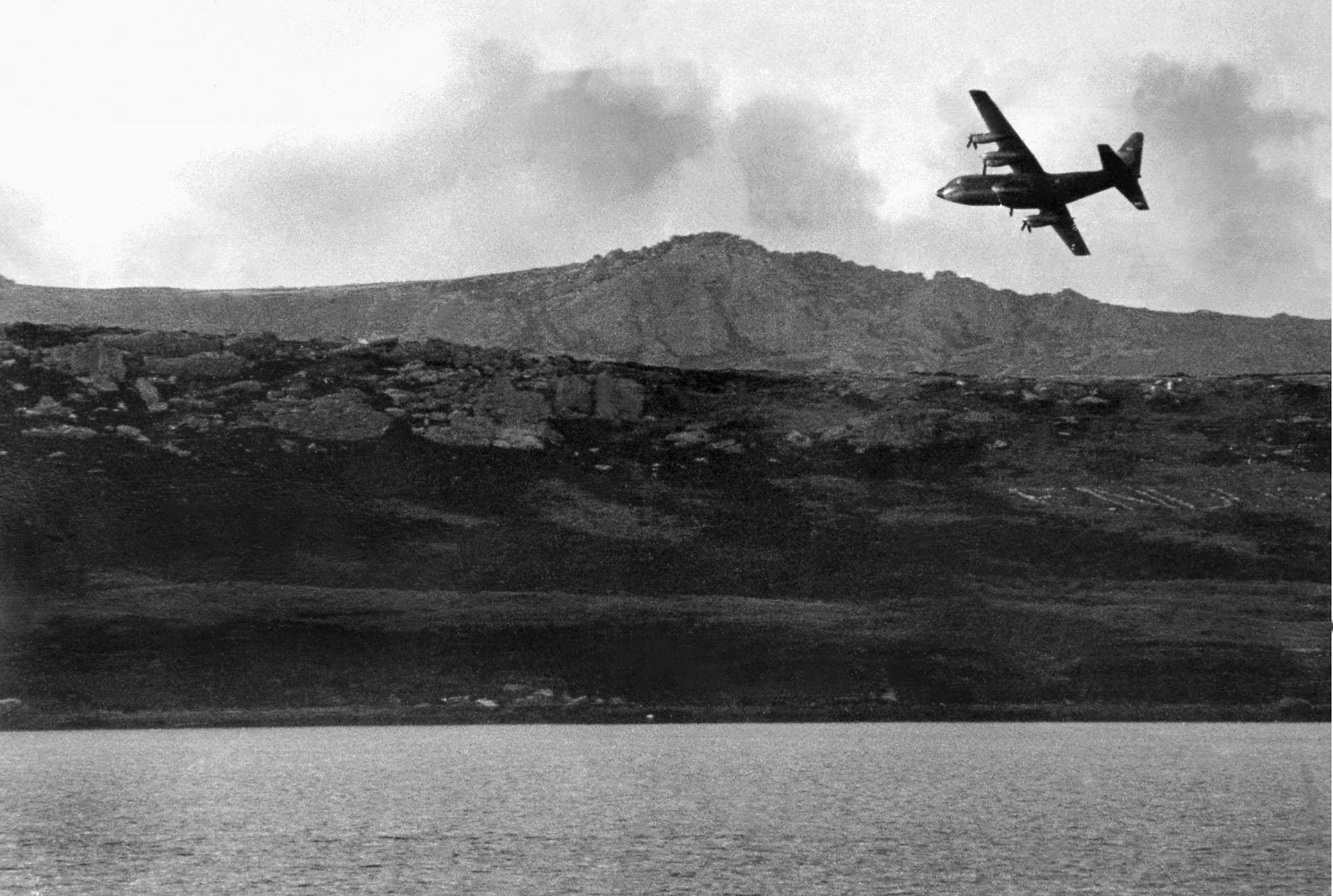 """Así llegaban y así se iban, volando a ras del piso y """"besando"""" los montes cercanos. Las Chanchas estuvieron casi 428 horas en el aire y transportaron 450.000 toneladas de carga en 60 vuelos (Foto: Eduardo Farré)."""