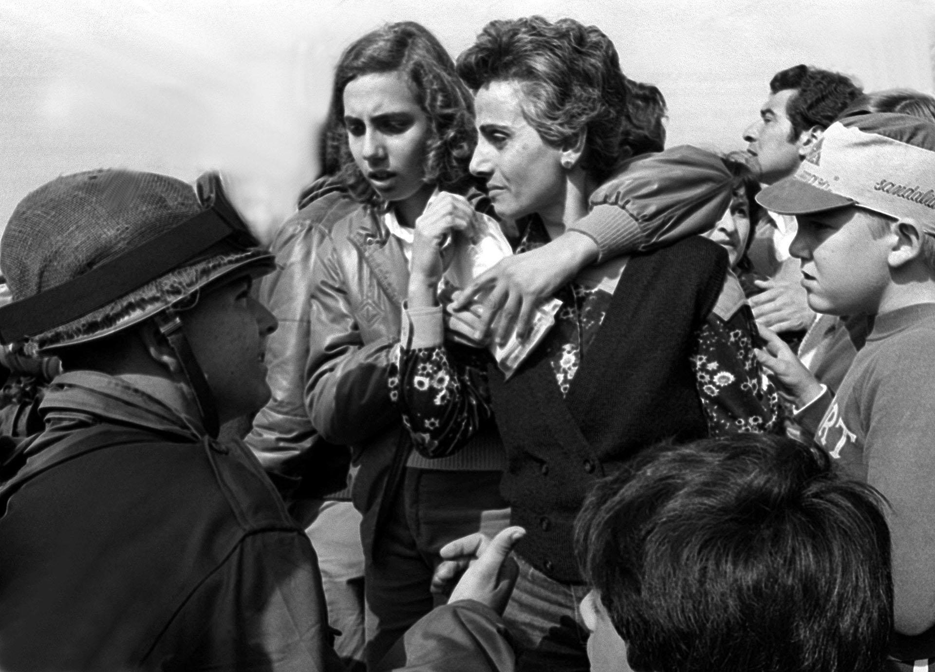 El momento pudo haber sido registrado en cualquier lugar del país. En la estación de ómnibus de la ciudad de Junín, una madre y su hija despiden al ser querido. Intuyen que marcha hacia lo desconocido (Foto: Juan Sandoval).