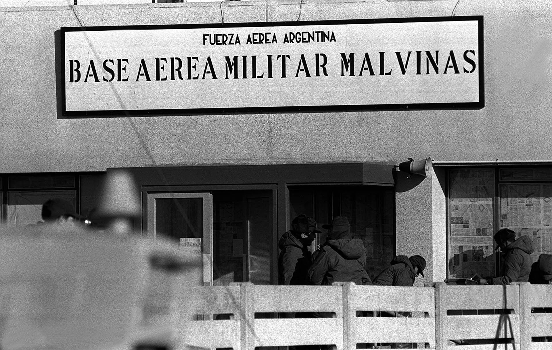 El cartel es claro y visible, para que no queden dudas. Desde la Base Militar Malvinas, los pilotos de la Fuerza Aérea y de la Aviación Naval serán guiados al combate (Foto: Telam).
