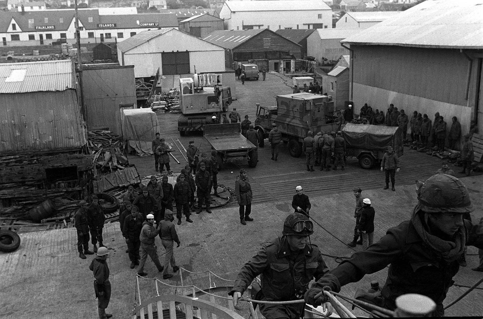 En elApostaderode Puerto Argentino ya bajaron los hombres del Batallón de Infantería de Marina 5 y del Regimiento de Infantería 25 del Ejército, que tomaron el aeropuerto y avanzaron sobre la ciudad (Foto: Telam / Román von Eckstein).