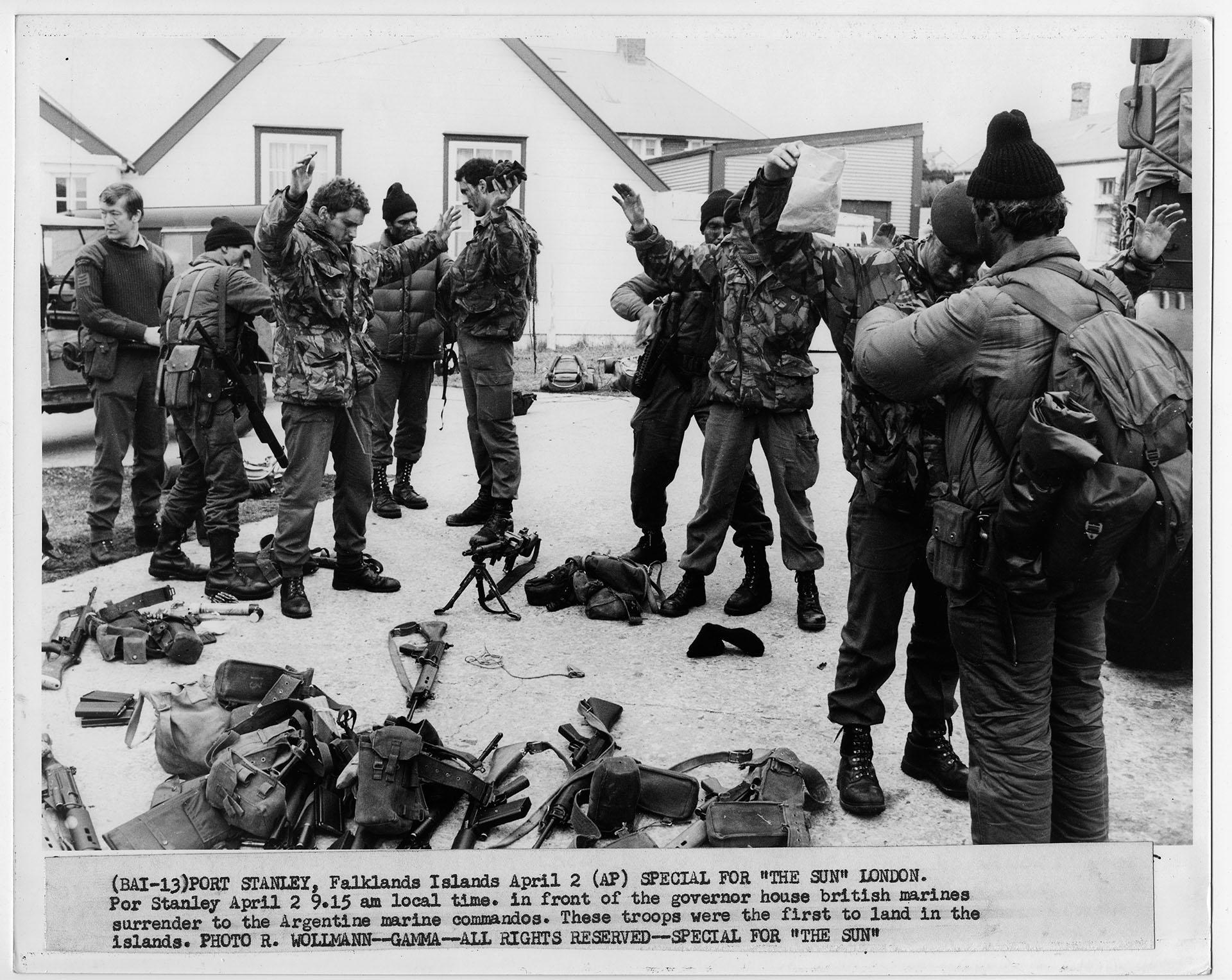 Los prisioneros británicos son revisados minuciosamente. En primer plano, parte de sus equipos, armas y municiones. Pese a lo dramático de la escena, no hay tensiones ni reproches (Foto: Rafael Wollmann)